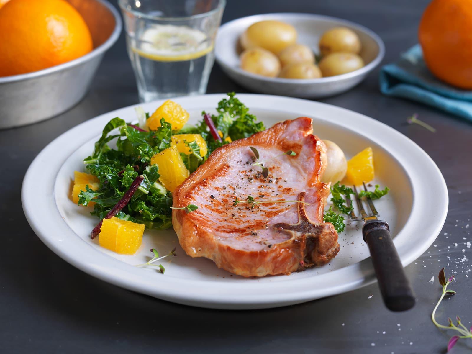 Sommerkoteletter med appelsin- og grønnkålsalat