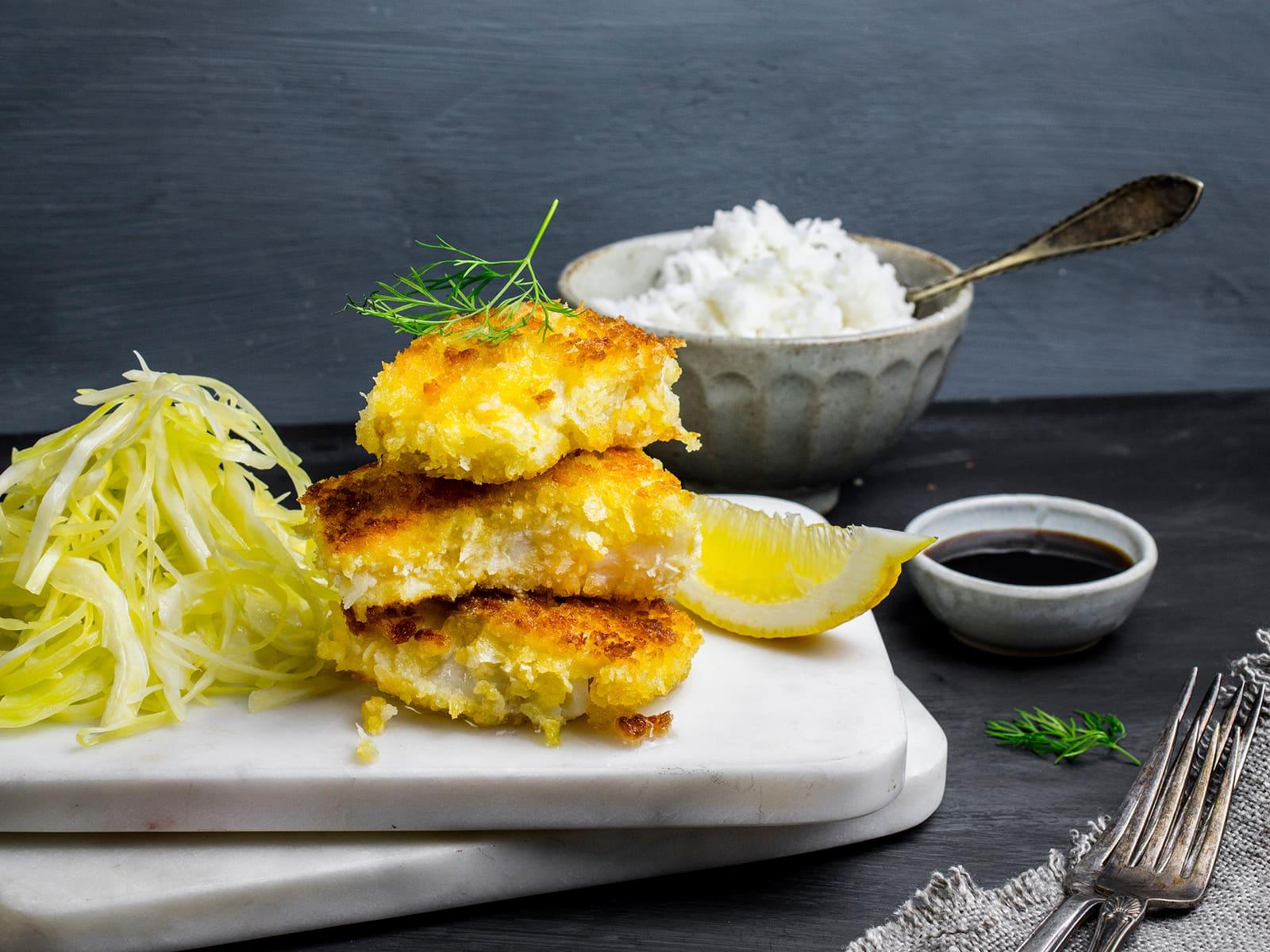 Panert fisk med kålsalat og ris