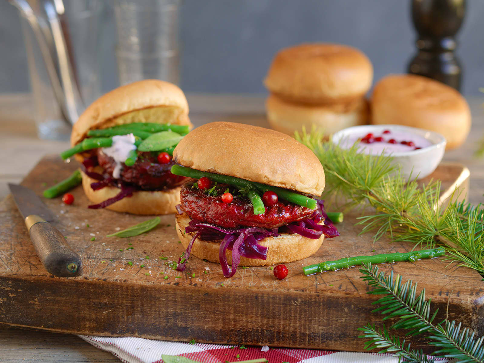Rødbetburger med aspargesbønner og rødkål