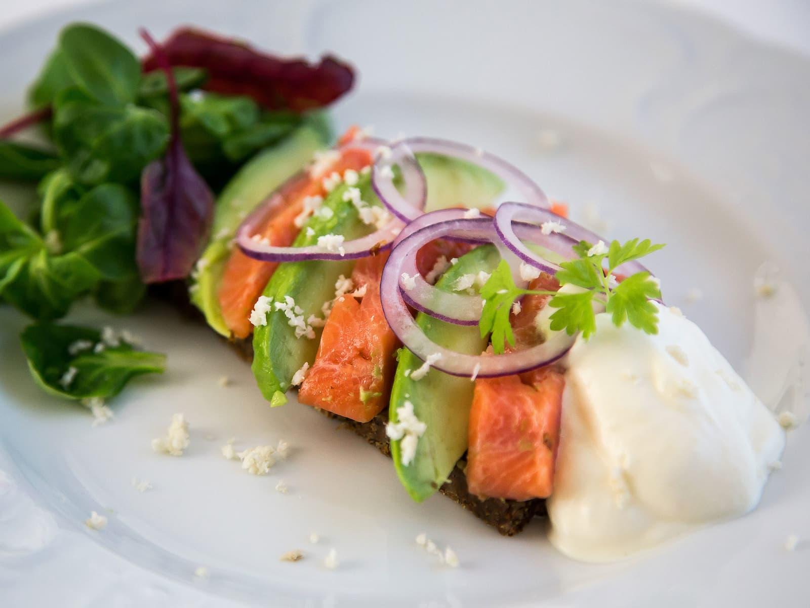 Rakfisksmørbrød med avokado og pepperrotkrem