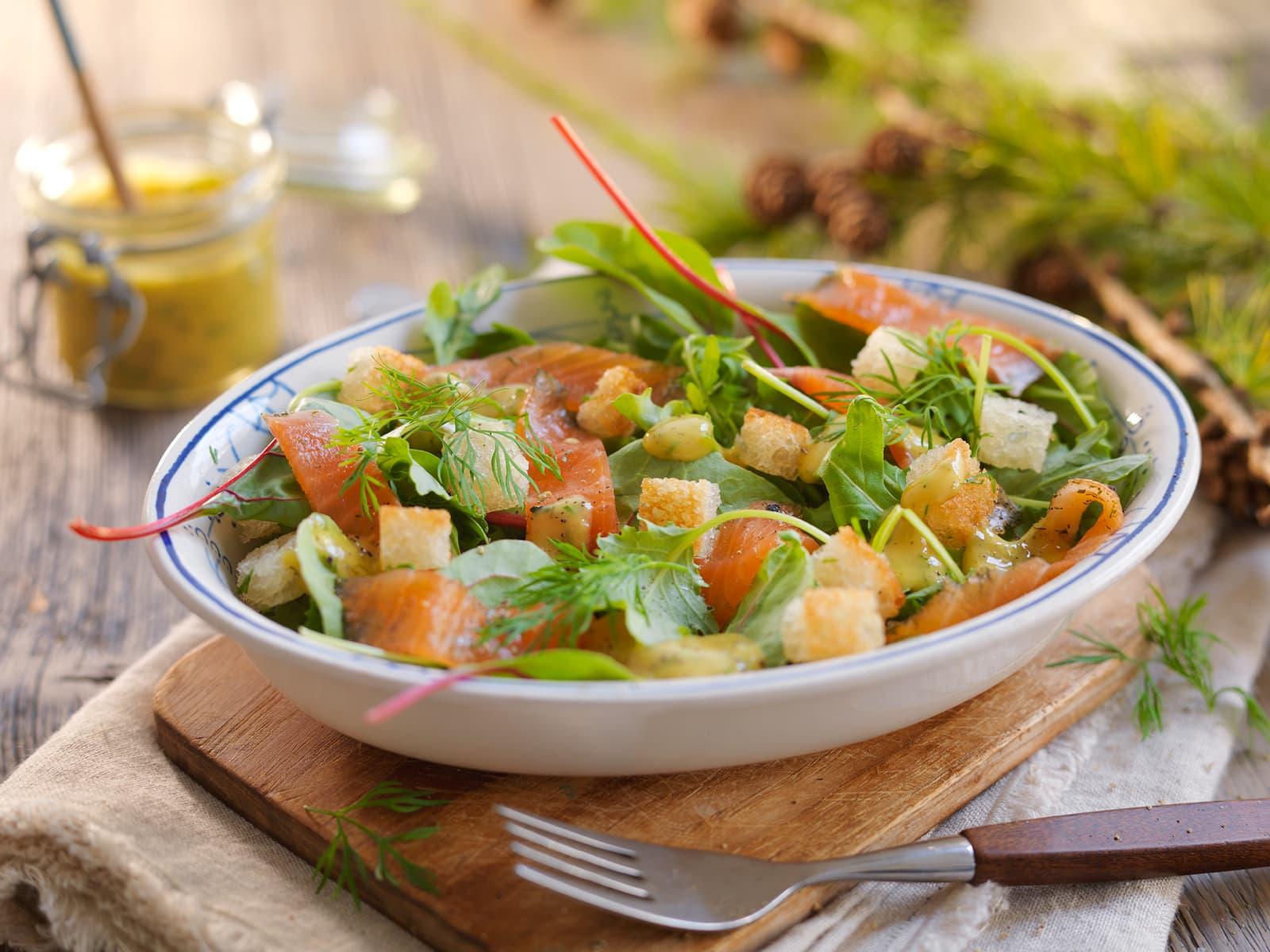 Salat med gravlaks og enkel sennepssaus