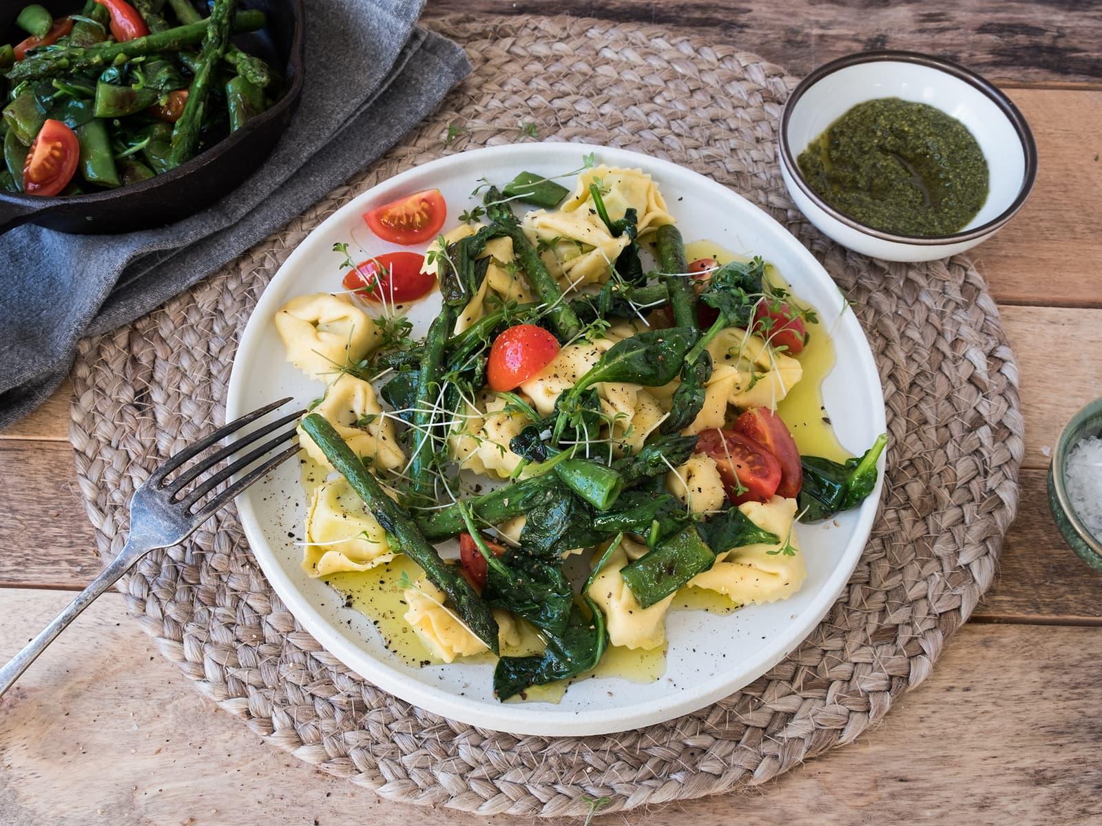 Tortellini med asparges og spinat