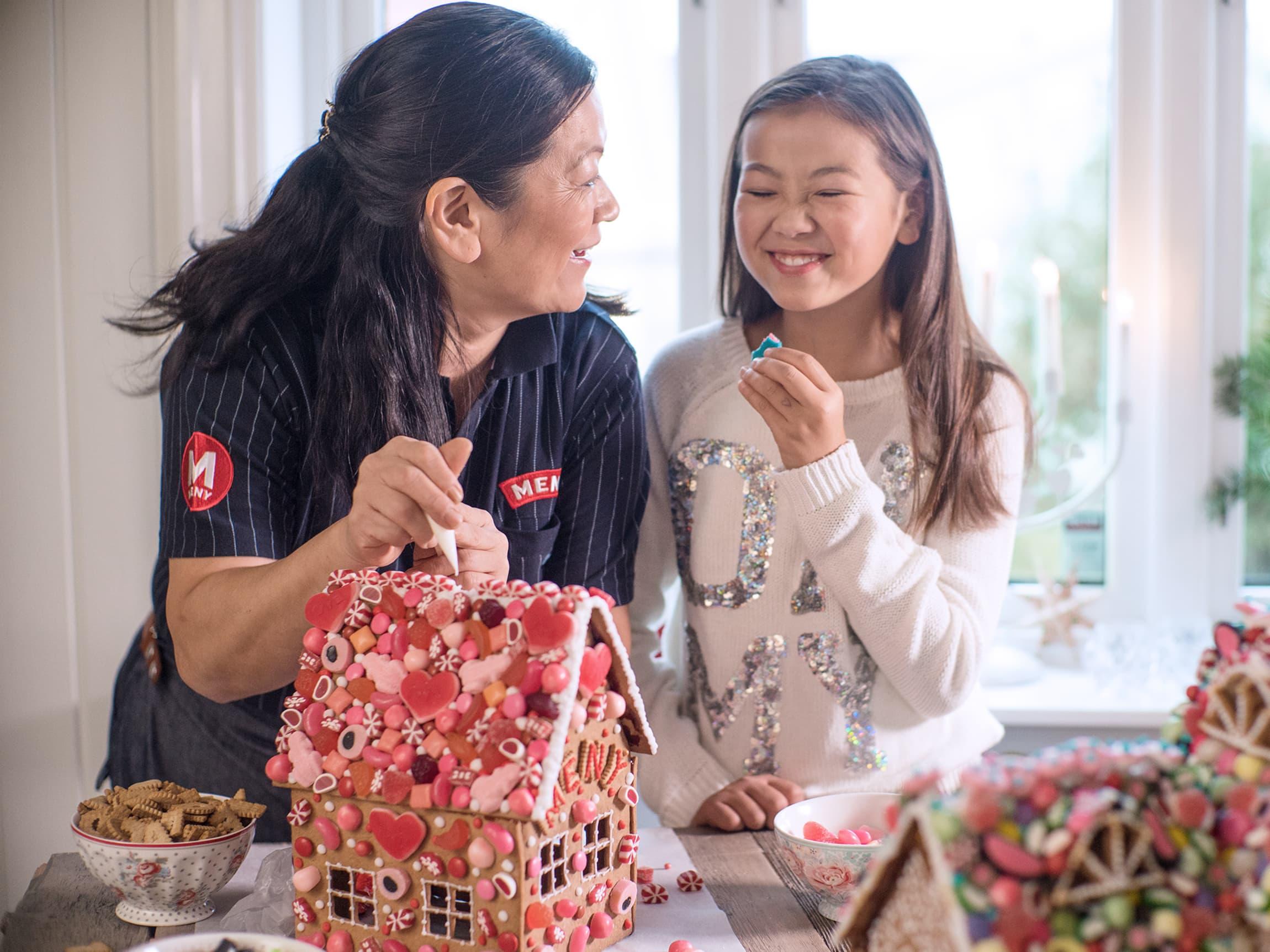 Linn Kristina får god hjelp av datteren sin.