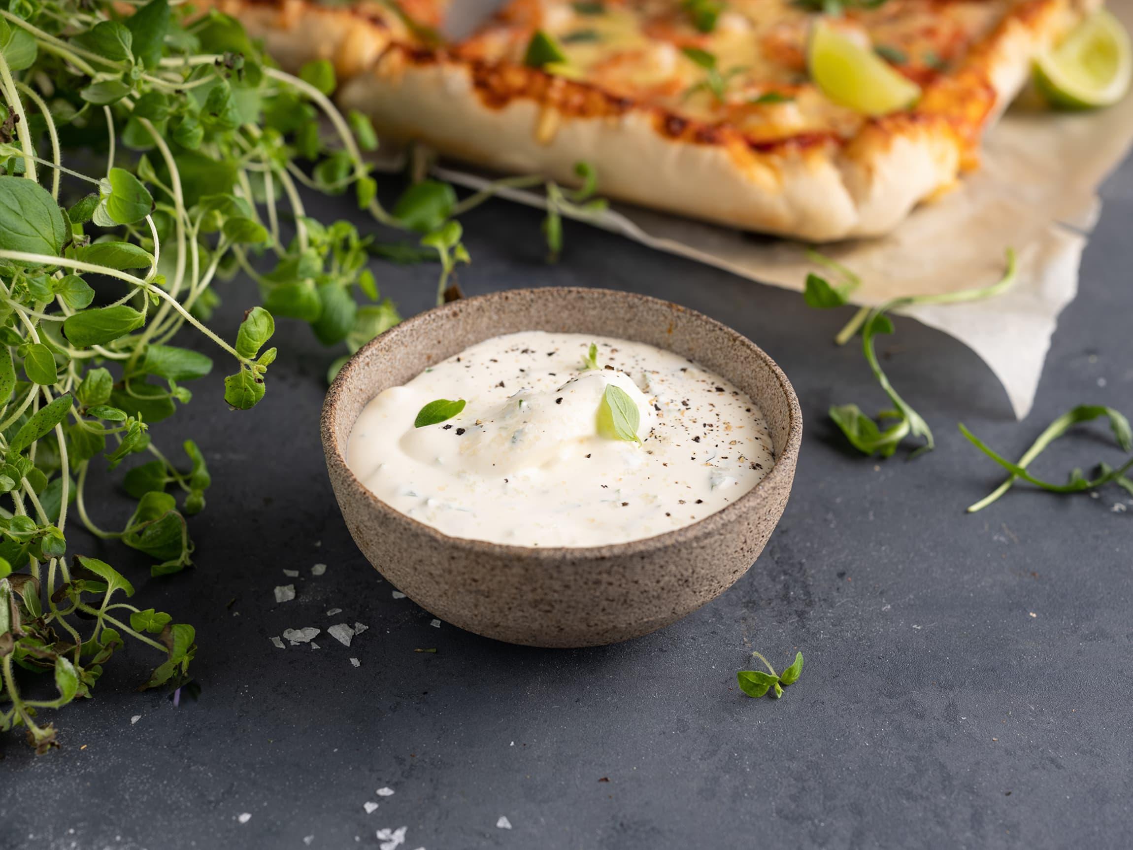 """En god pizzasaus trenger ikke være rød. Bytt ut den klassiske røde tomatsausen med hvit saus, og vips så har du en ekte italiensk """"pizza bianca""""!"""