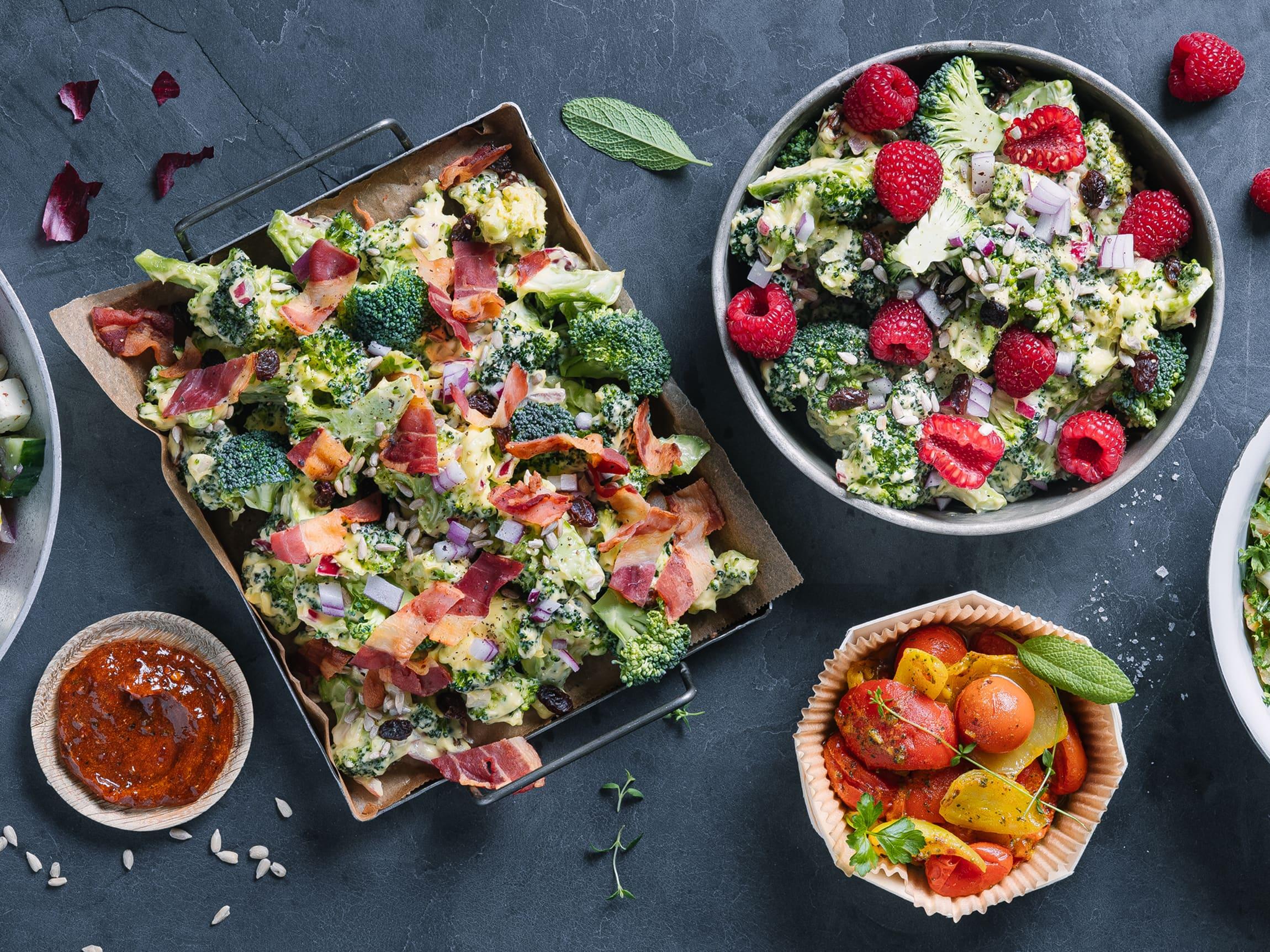 Velg mellom brokkolisalat med tørrsaltet bacon eller friske bringebær. Begge egner seg godt både alene og sammen med grillmaten!