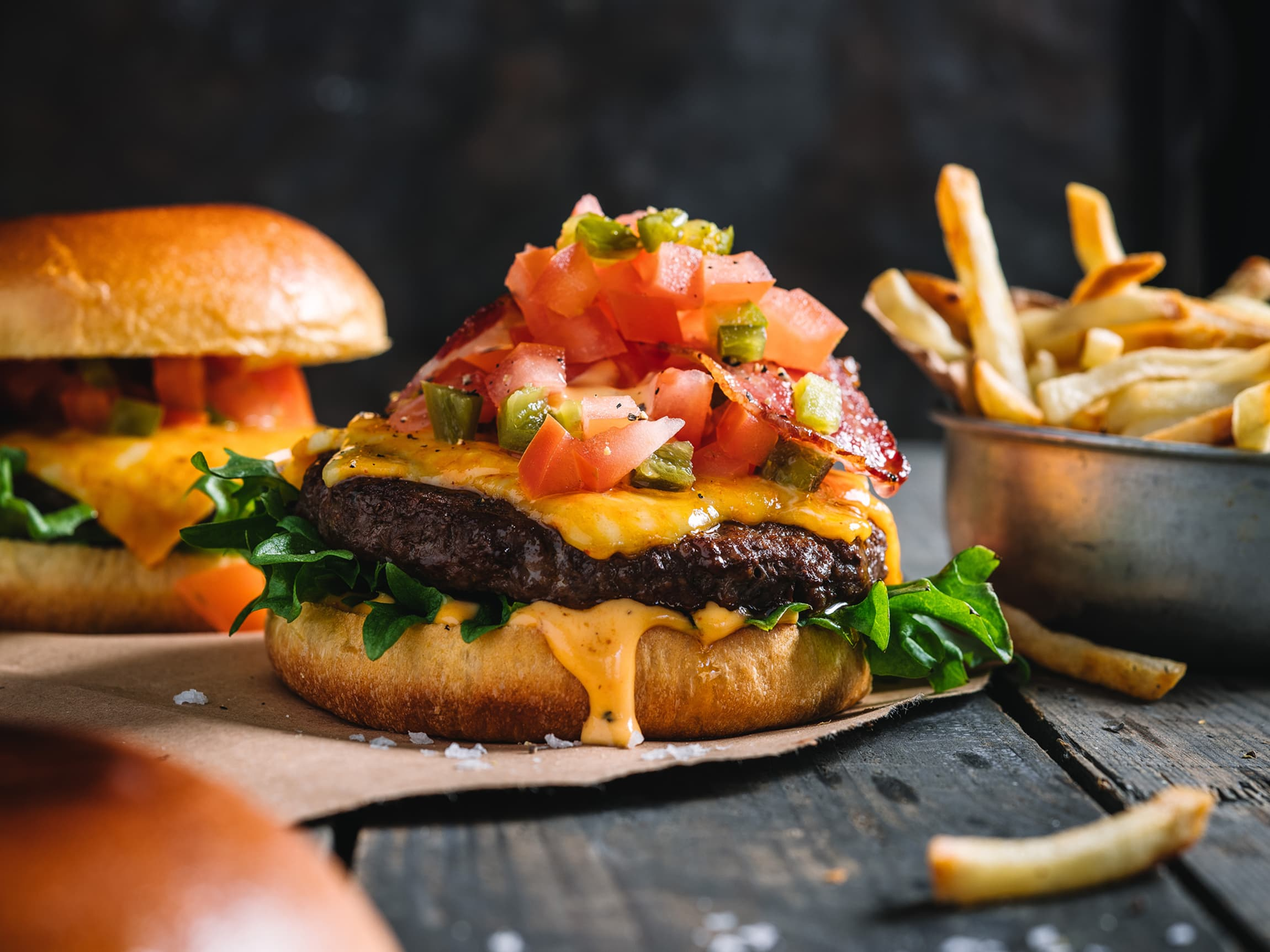Saftig Angusburger med tørrsaltet bacon, sterk ost, chipotlemajones og tomatsalsa med jalapenos vil garantert sette smaksløkene i sving.