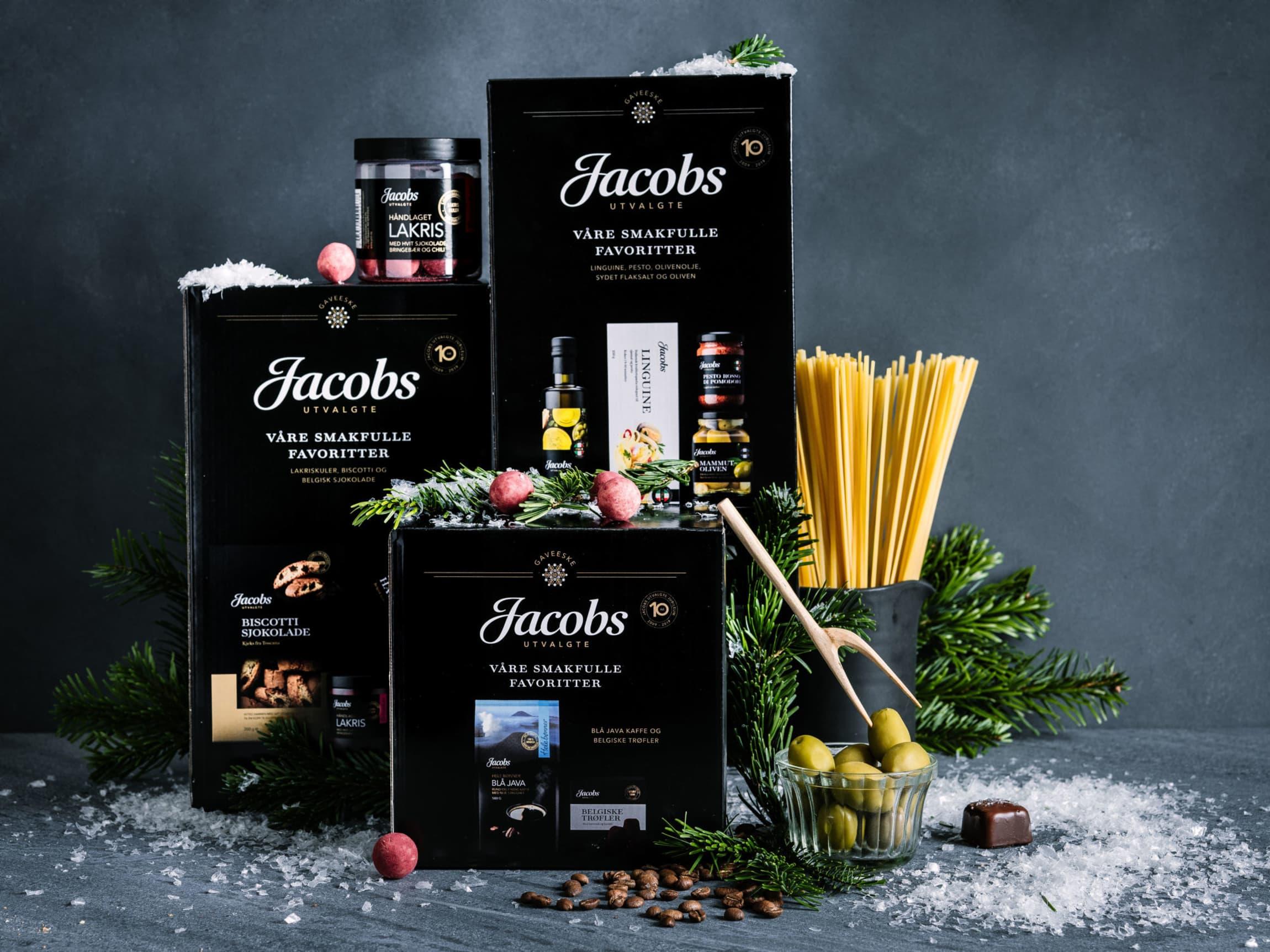 Lekre gaveesker fylt med favoritter fra kvalitetsserien Jacobs Utvalgte.