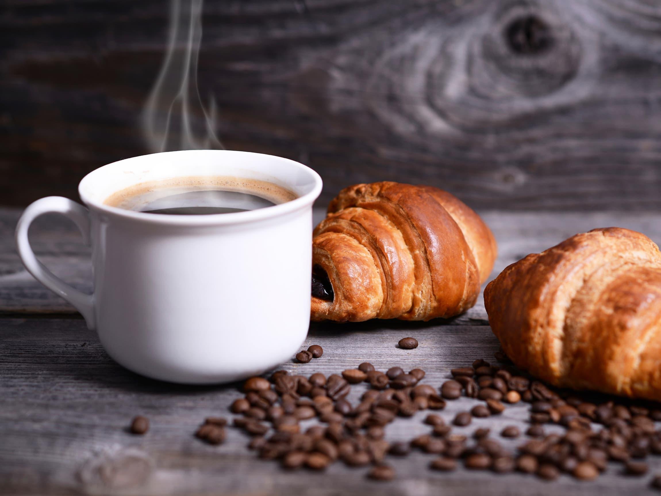 Sukker i kaffen er et omstridt tema for mange kaffeelskere, men noe søtt ved siden av er derimot noe de fleste liker