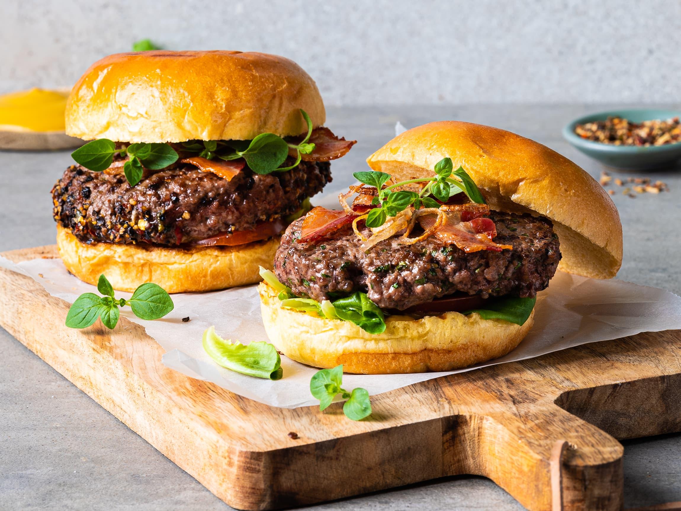 Lite slår en saftig, hjemmelaget burger på grillen.