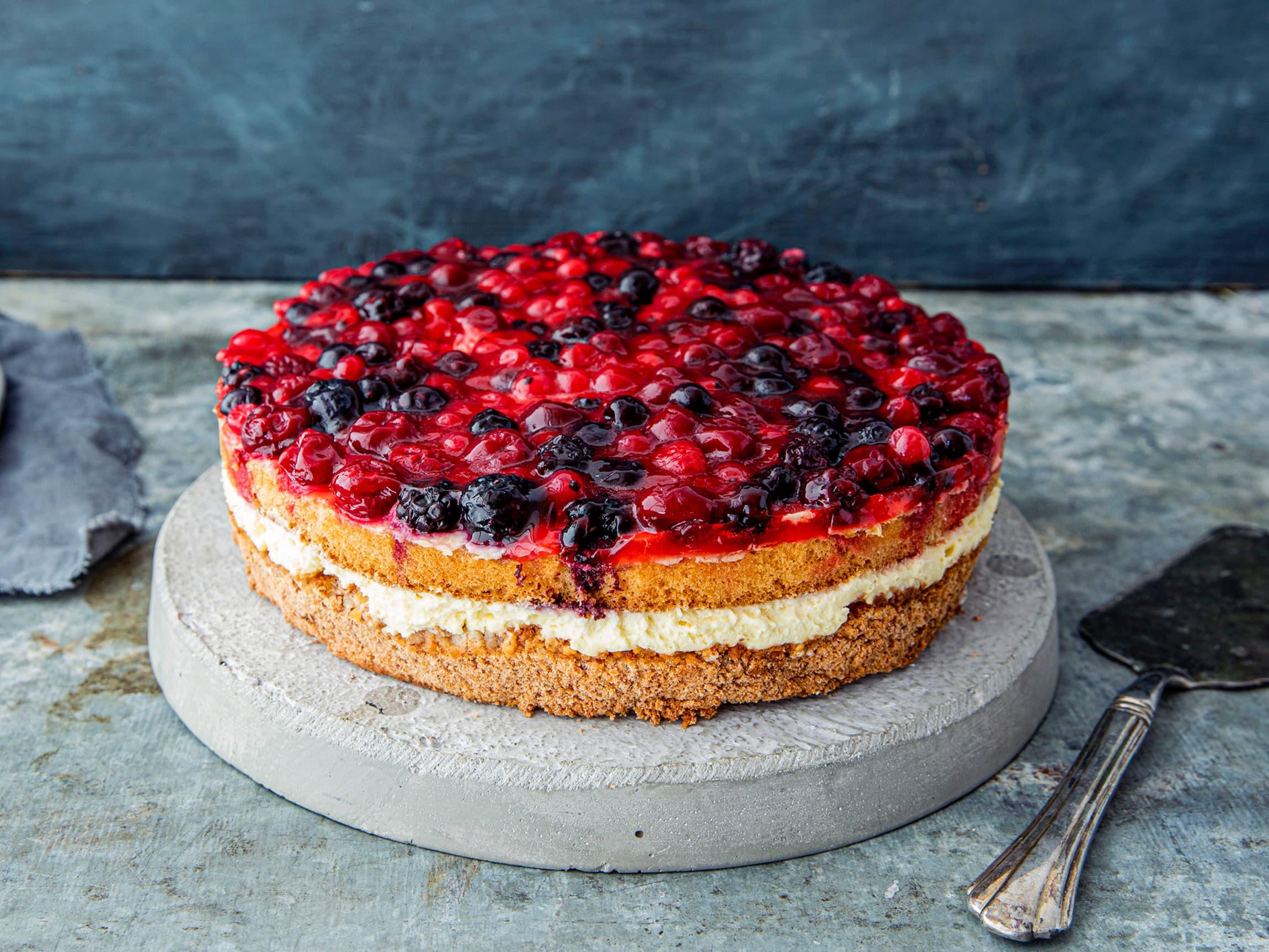 Vaniljedrøm bakt uten gluten er en kake med friske bær og deilig vaniljekrem med saftig mandelbunn.