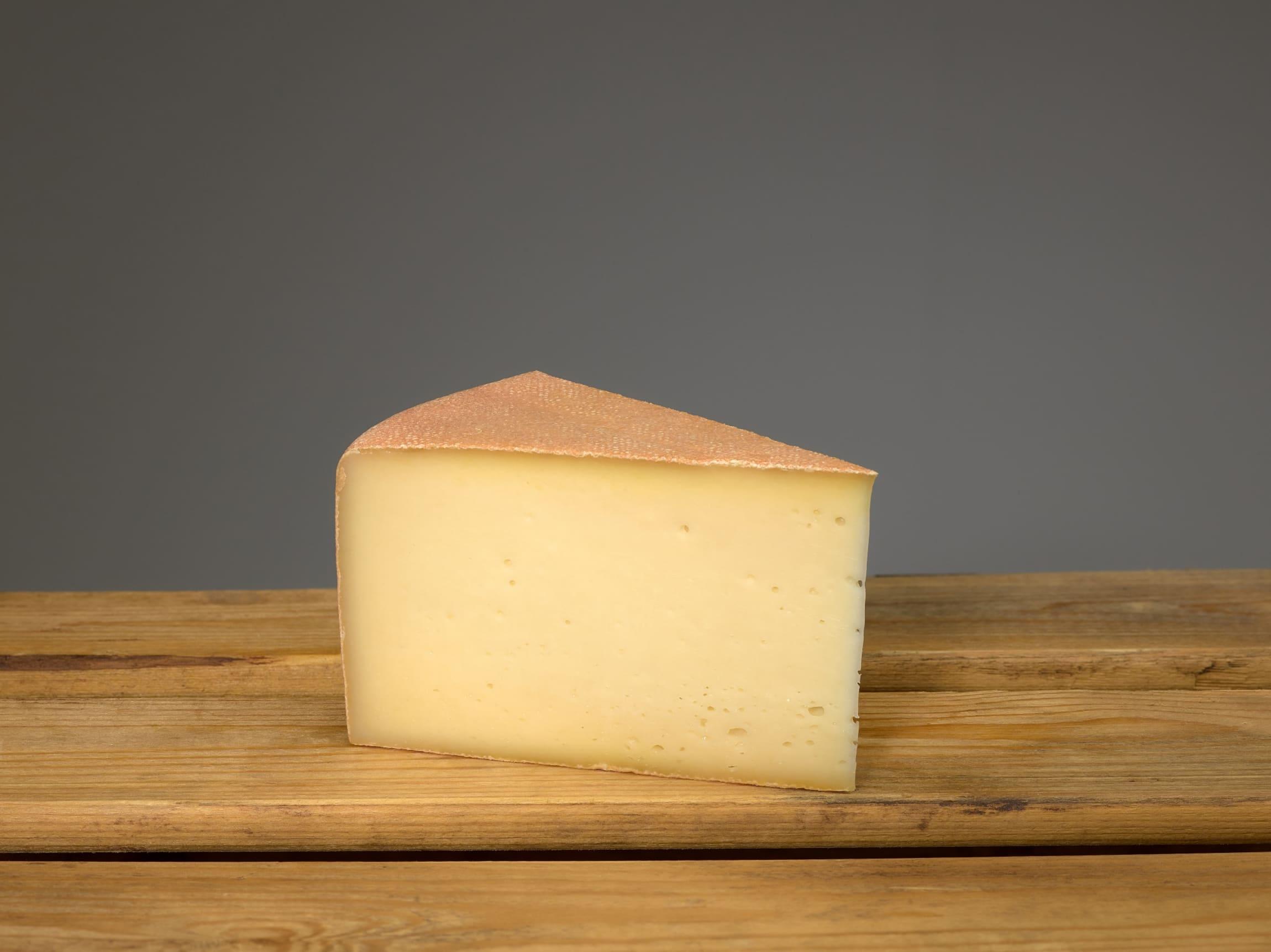 Rød Geit er en halvfast rødkittost ysta på rein geitemjølk