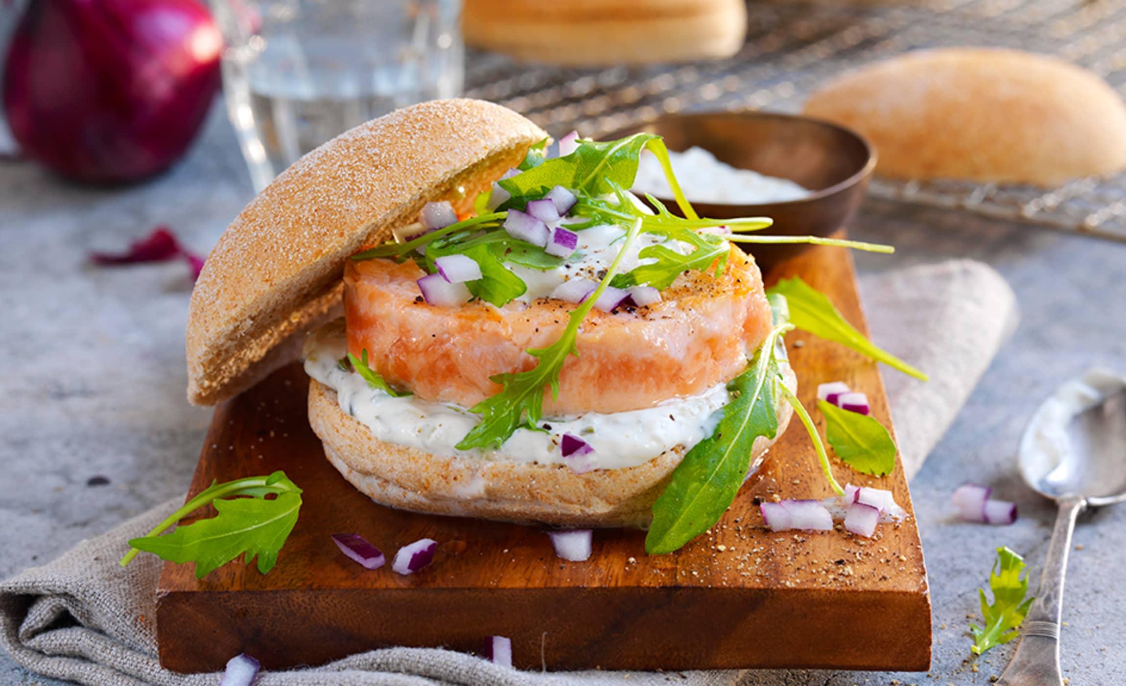 Lakseburger er helt nydelig med tzatziki uansett årstid.
