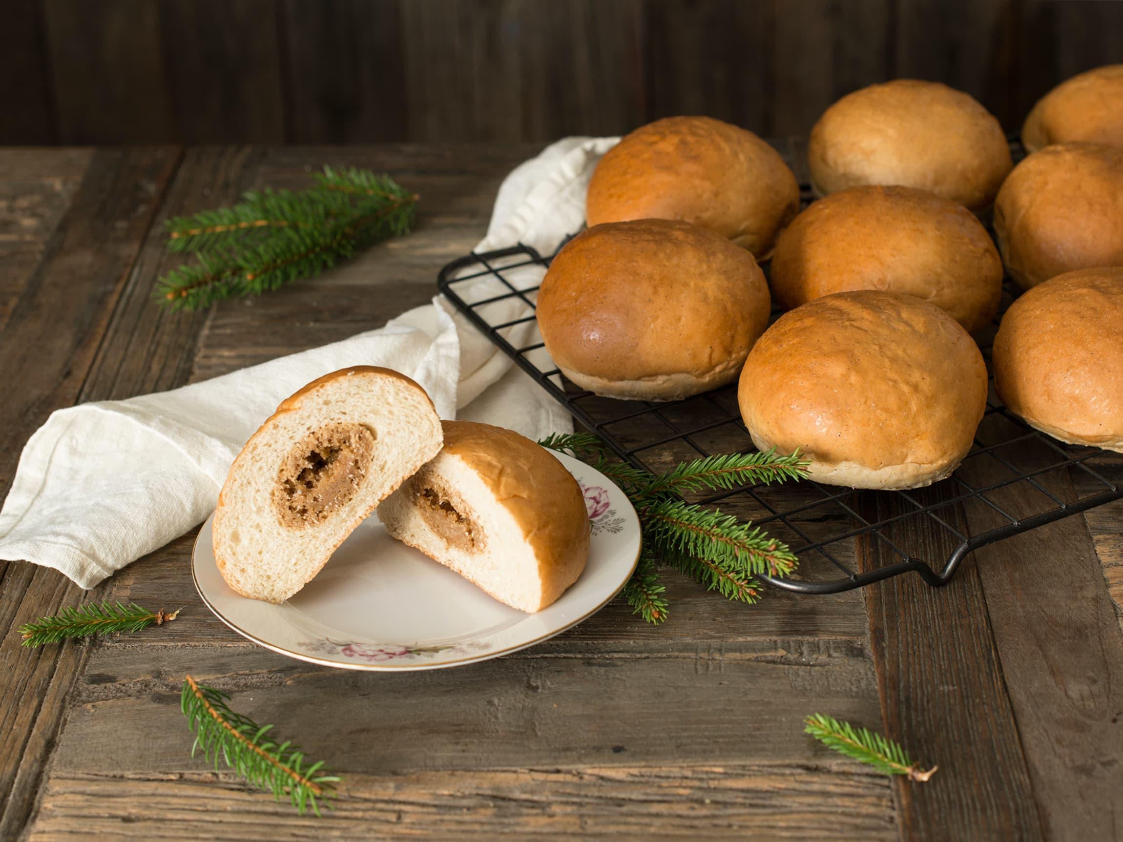Fyll bollene med pepperkakedeig - ny og morsom vri som passer fint til julebordet.