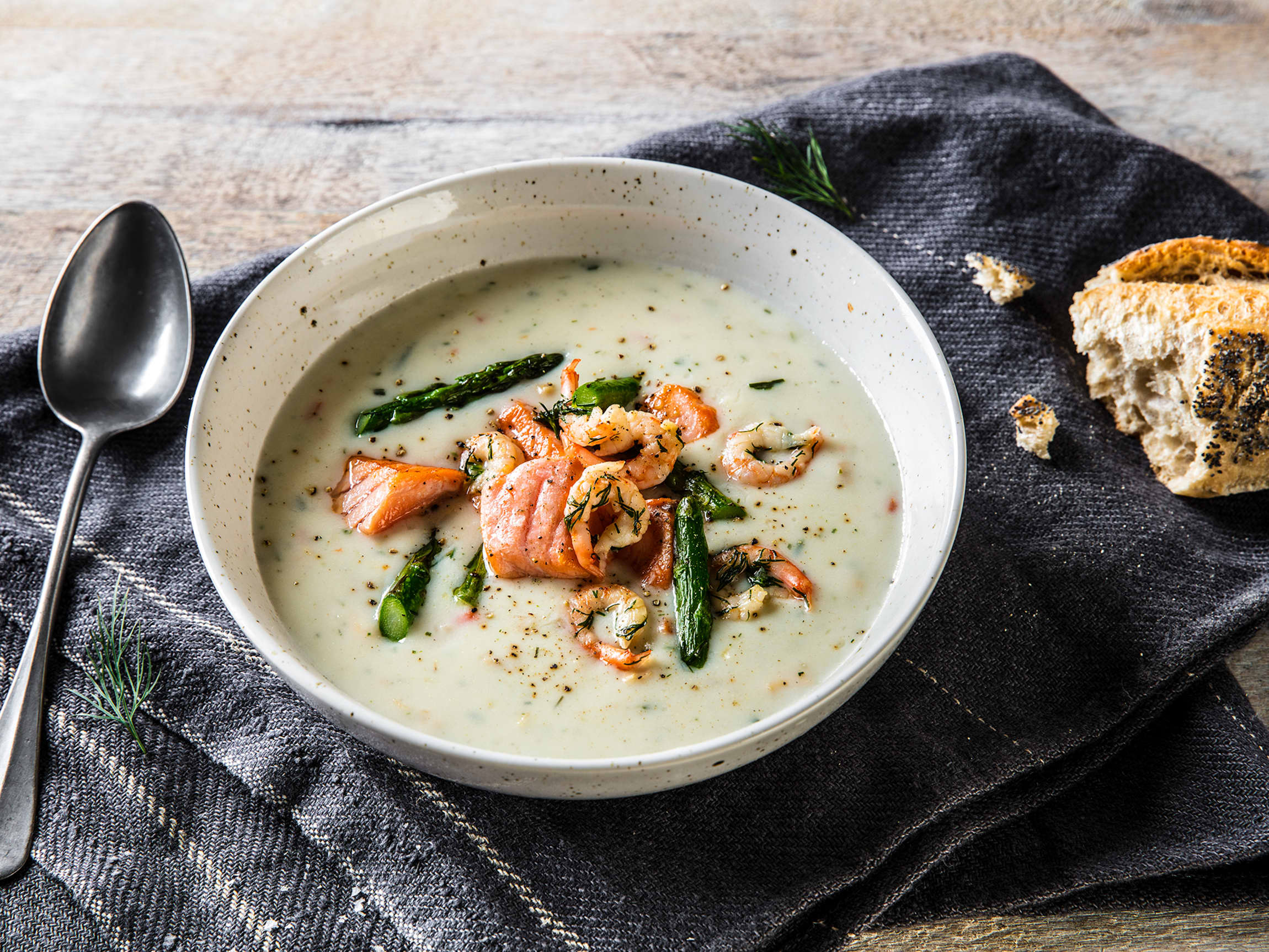 Bruk reker i fiskesuppen! Husk å ikke la de koke med suppen, men ha de i like før servering slik at de kun trekker i noen minutter. Koker de med suppen blir de fort seige og tørre.