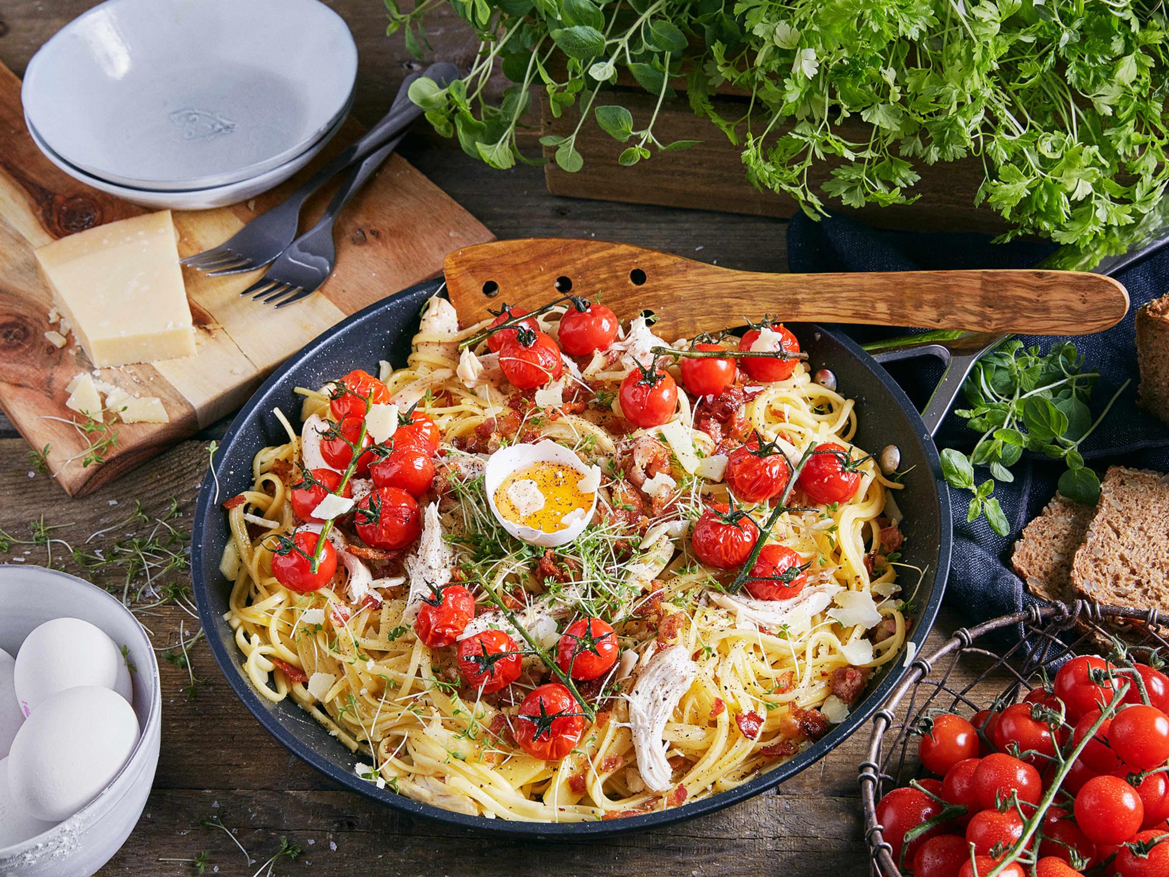 Ny vri på pasta carbonara med kylling og tomat.