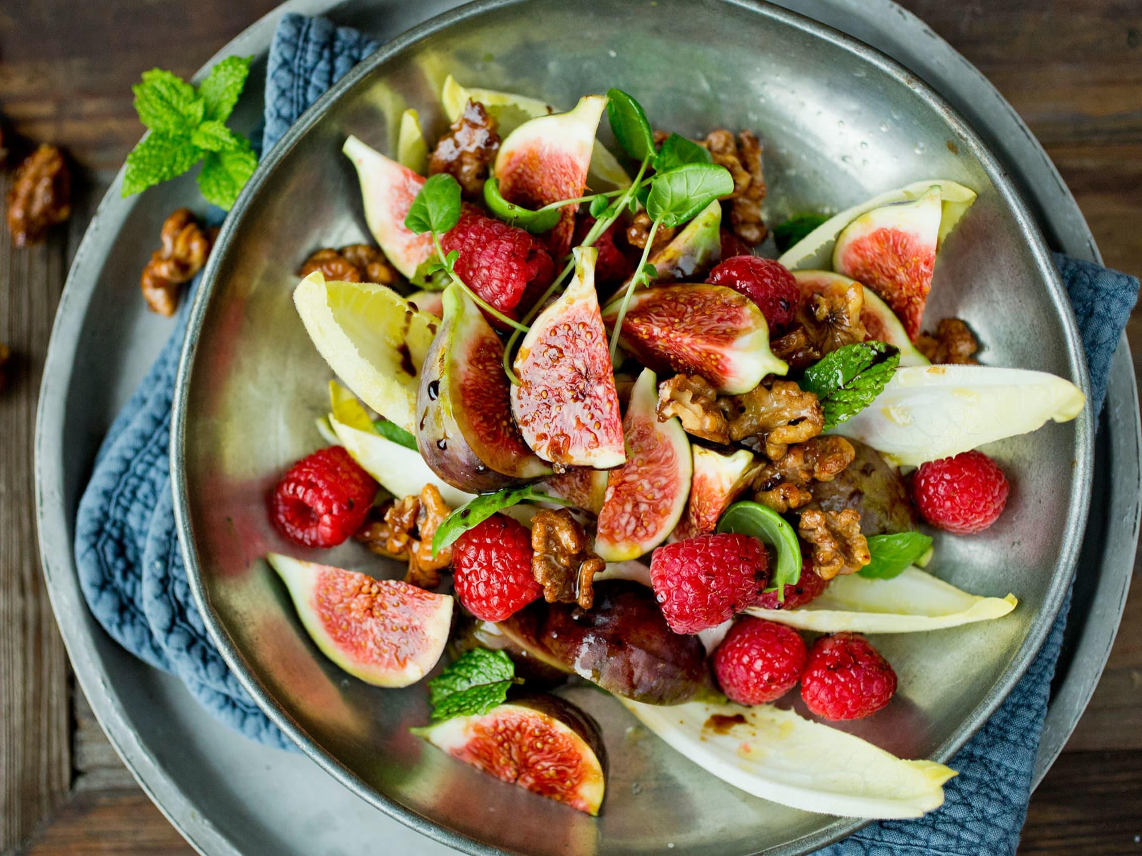 En frisk salat med fiken, bringebær og søte nøtter kan også være et godt og friskt mellommåltid