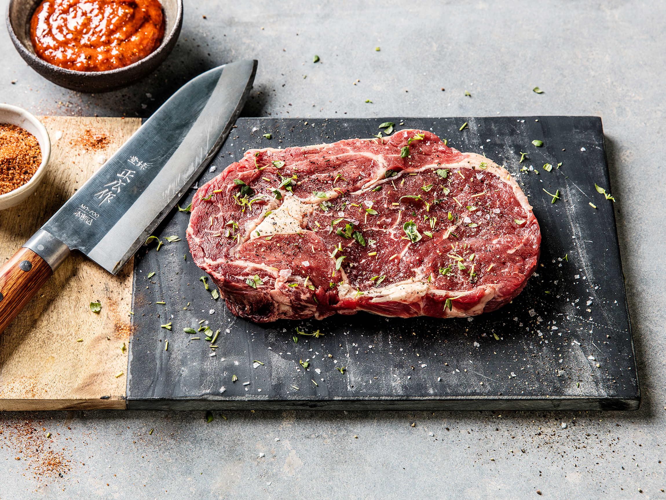 Krydre biffen før du steker den, selv kun salt og pepper gjør en stor forskjell!