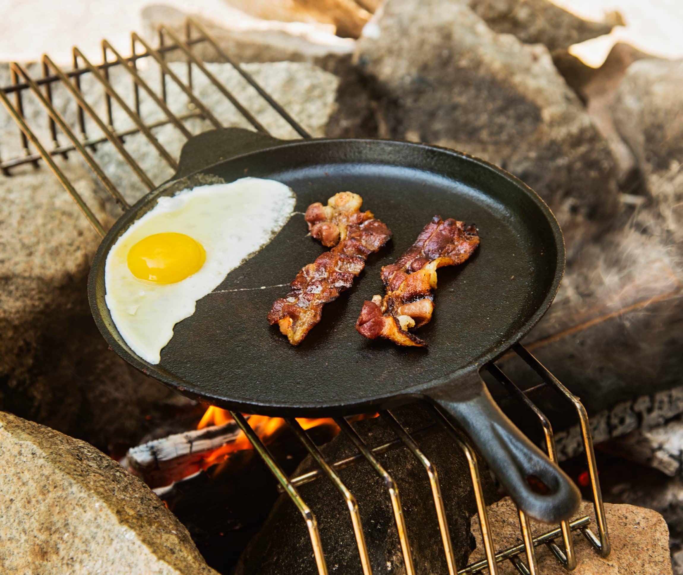 Egg og bacon til frokost? Ingen problem med en stekepanne, bål og bålrist!
