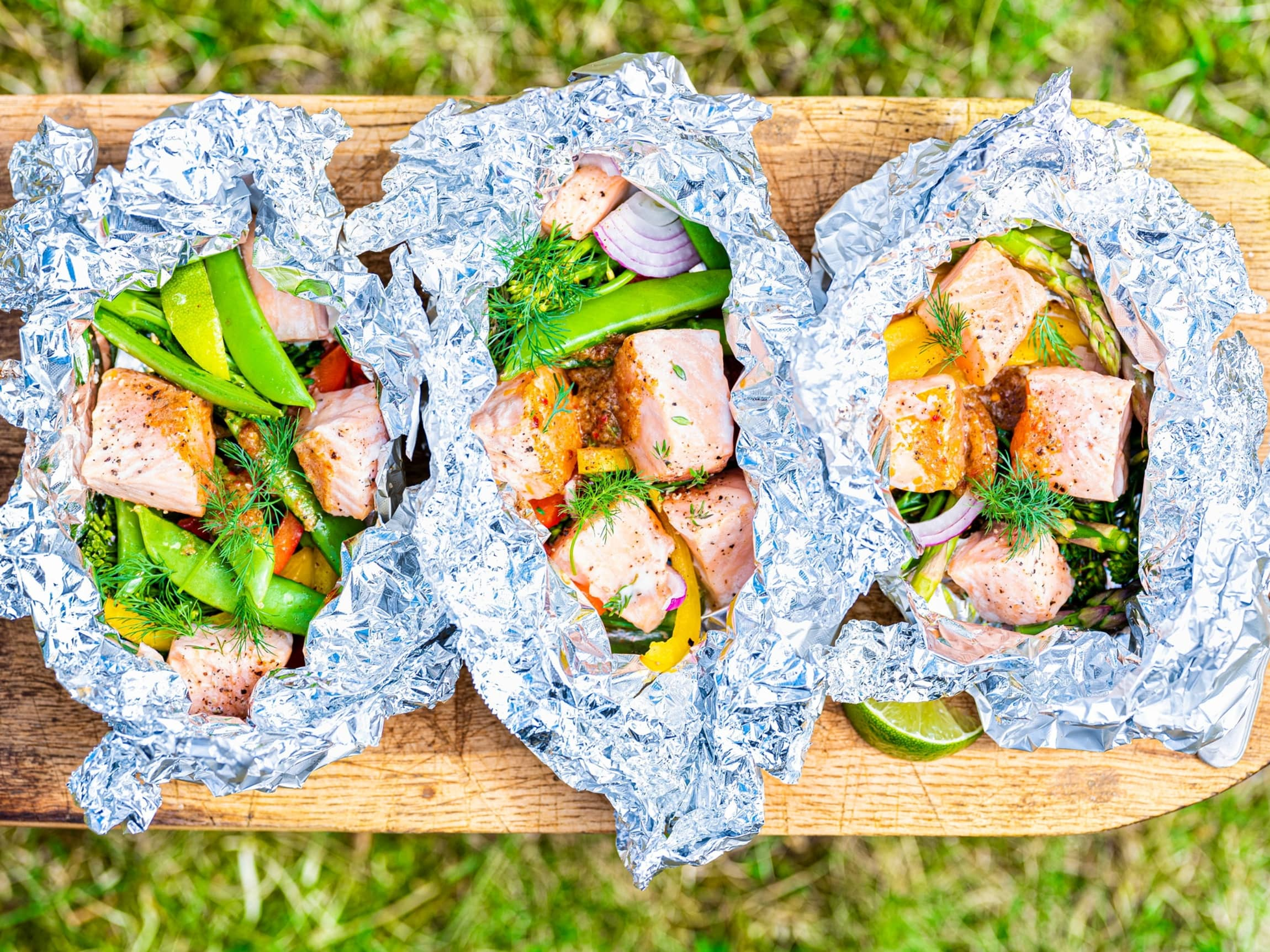 Enkel middag på grillen? Legg fiskebiter og gode grønnsaker i aluminiumsfolie med litt smør, kryddersmør eller god marinade.