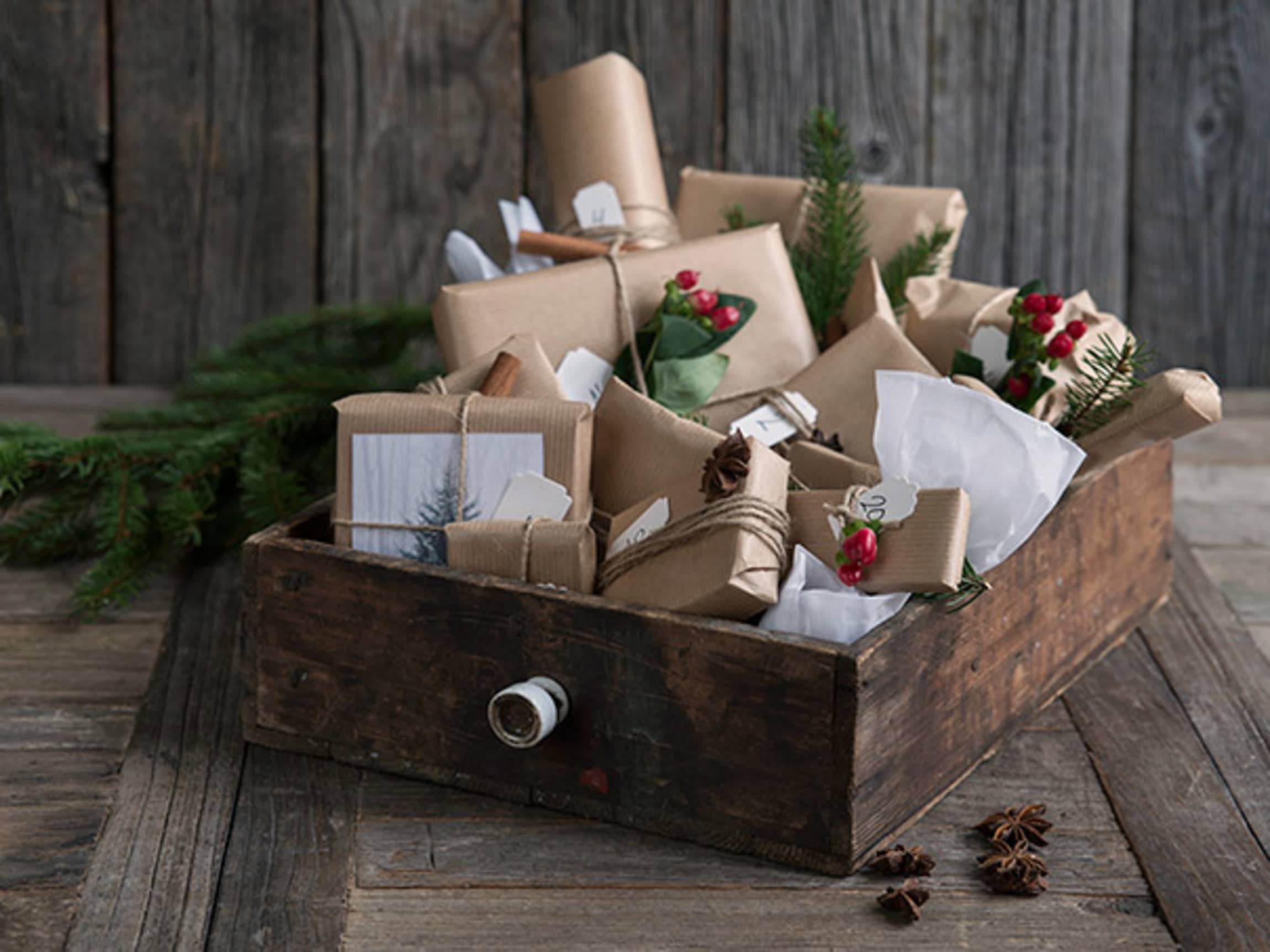 Man kan også samle alle gavene i en gammel skuff eller en fin treeske.