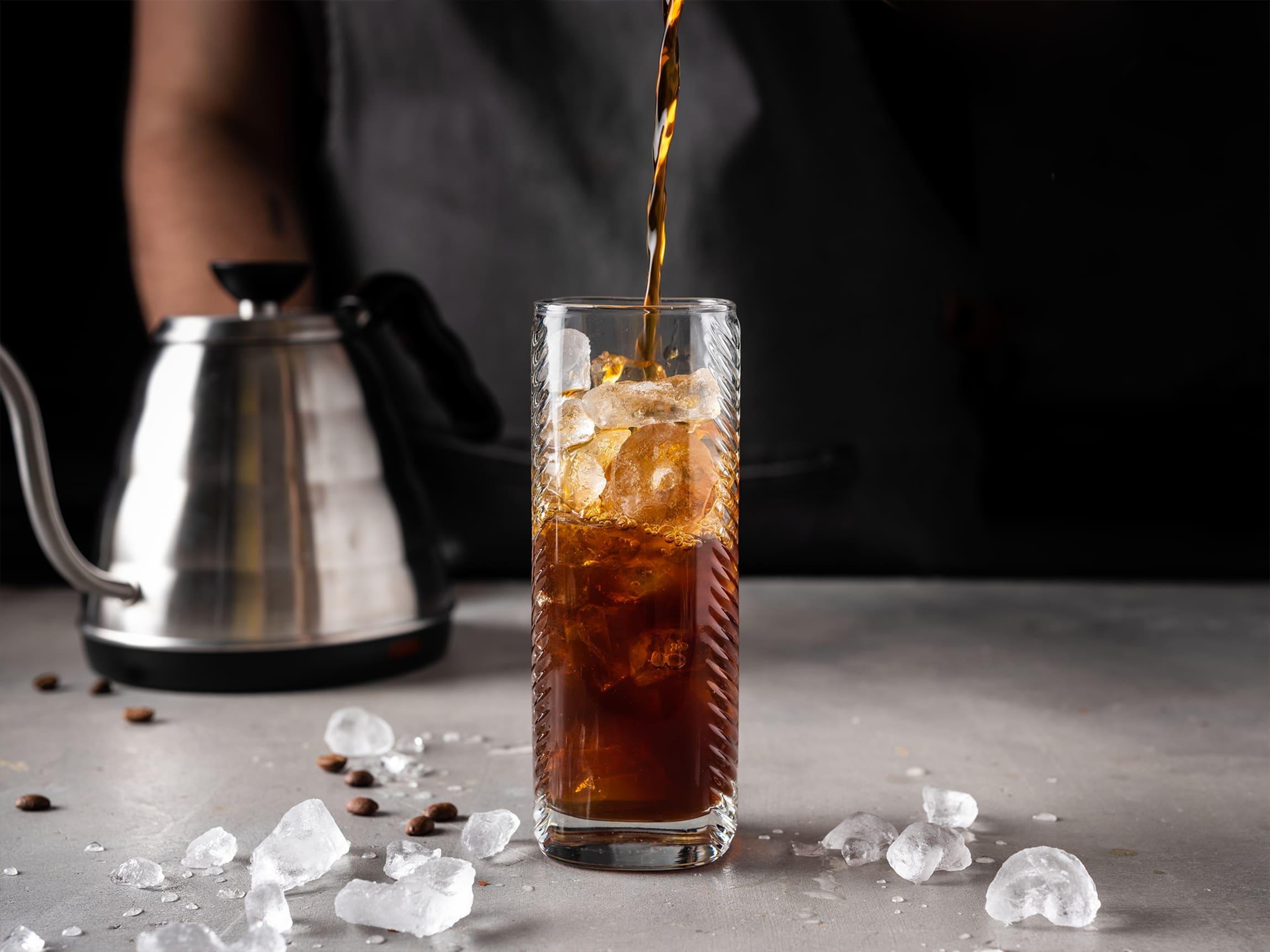 Den enkleste veien tl et glass deilig iskaffe er å bruke isbiter.