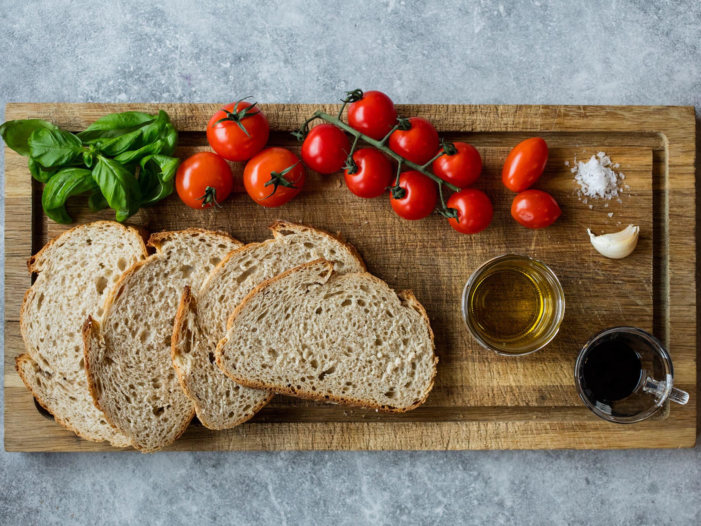 Klassisk bruschetta er fint, gjerne daggammelt brød, grillet i hvitløk, olivenolje og salt, toppet med tomat og basilikum.