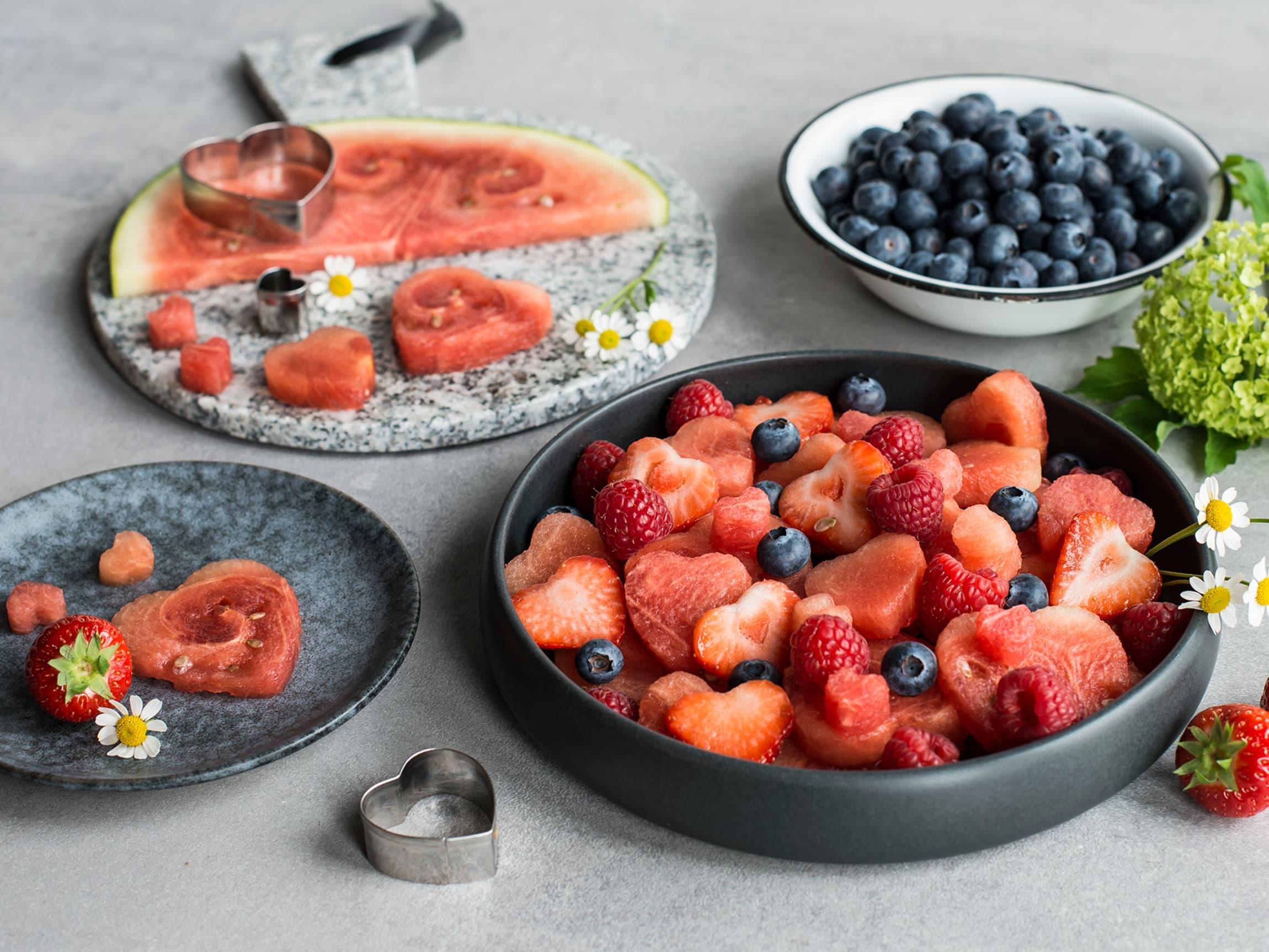 Bruk pepperkakerformer til å lage dekorative former av vannmelonen.