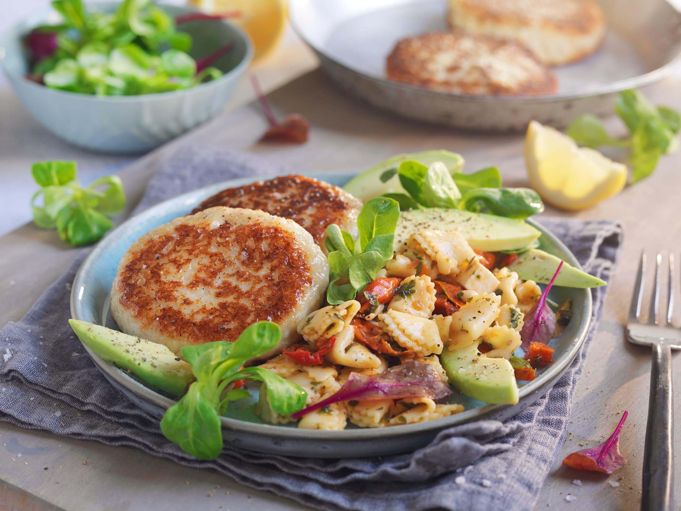 Fiskekaker er populært blant både barn og voksne. Server med en deilig pastasalat og topp med gode grønnsaker.