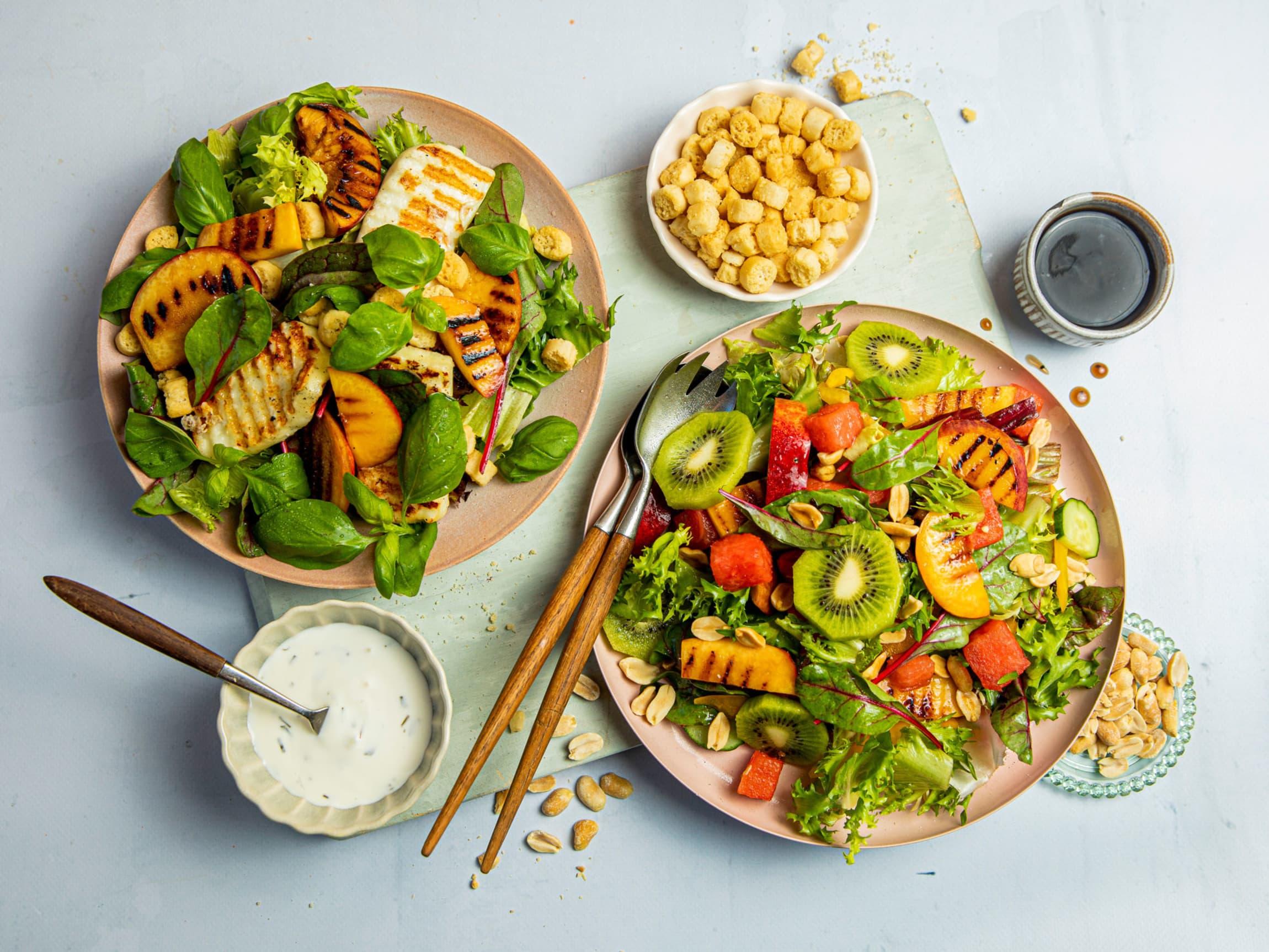 Grillet frukt er perfekt i sommerens salater. Server med halloumi, kylling eller svin.