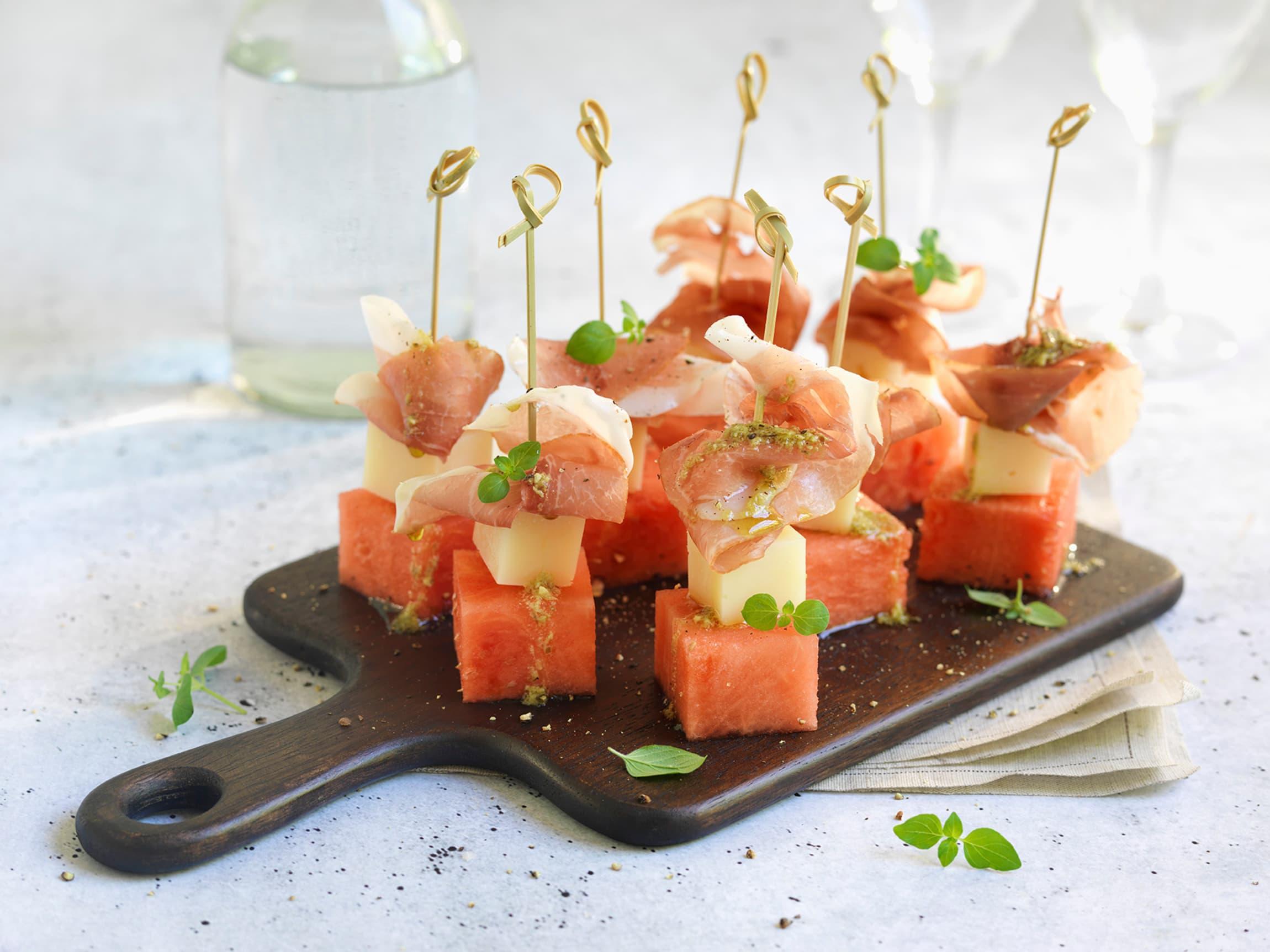 Få kombinasjoner passer bedre sammen enn sødmen fra vannmelon og saltsmaken fra spekeskinke. Her får disse smakene også følge med deilig manchego.