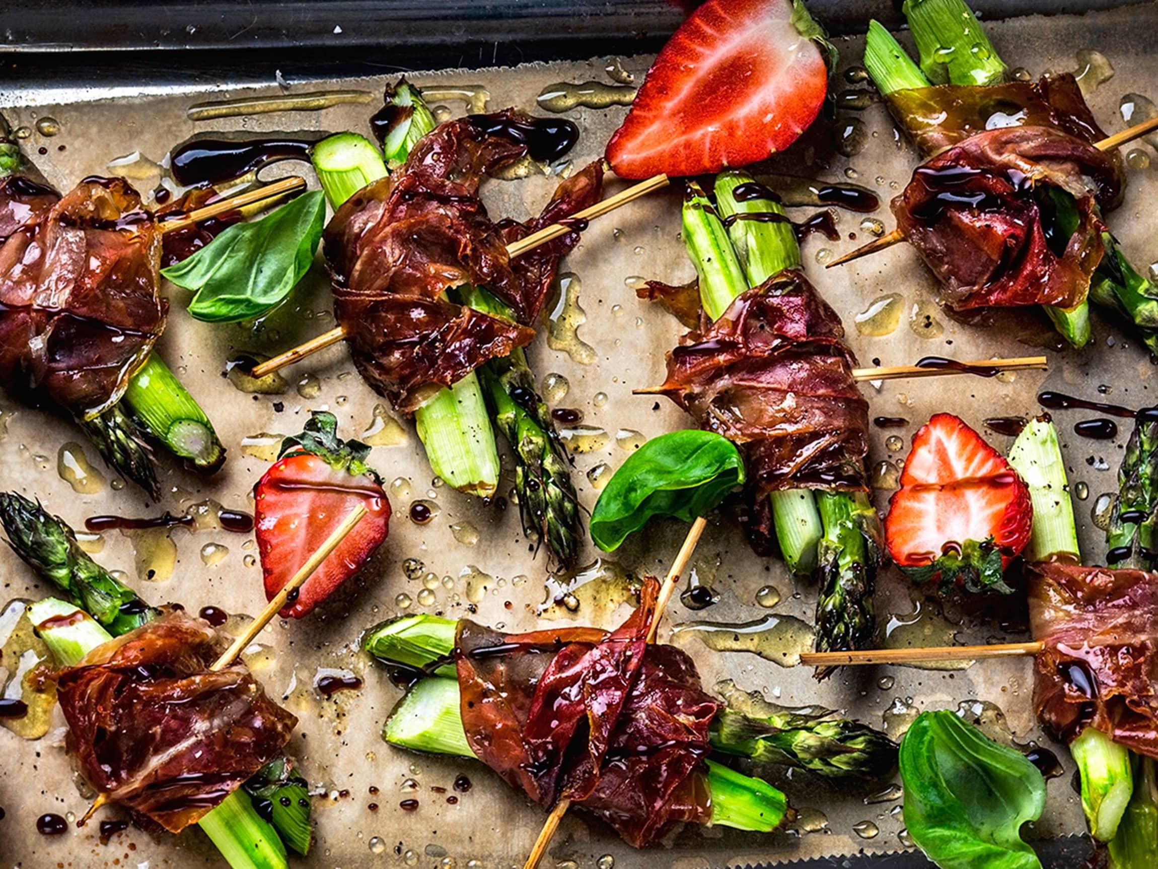 Asparges, jordbær, spekeskinke og balsamico er en nydelig kombinasjon.