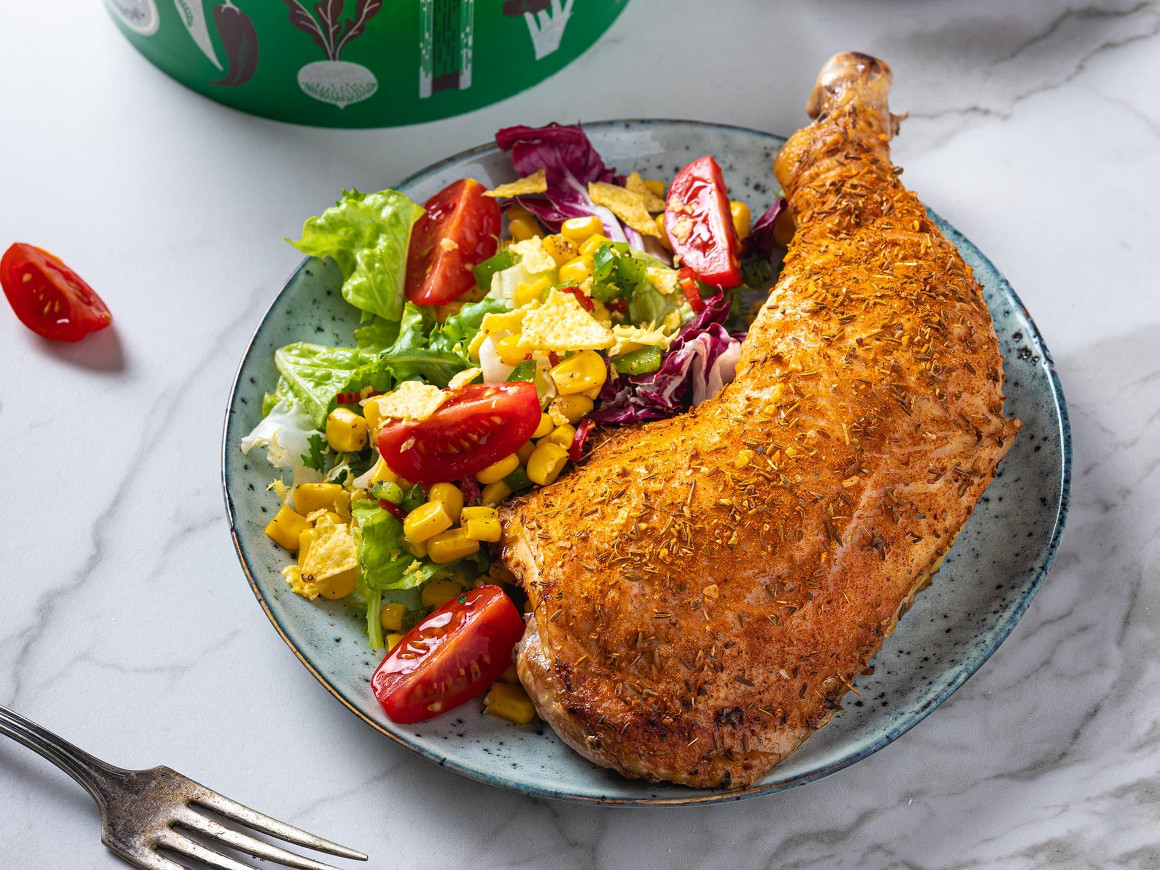 Kyllinglår med sprøstekt skinn er enkelt å få til selv, men du får også kjøpt nygrillet kyllinglår fra varmeskapet i alle MENY-butikker.