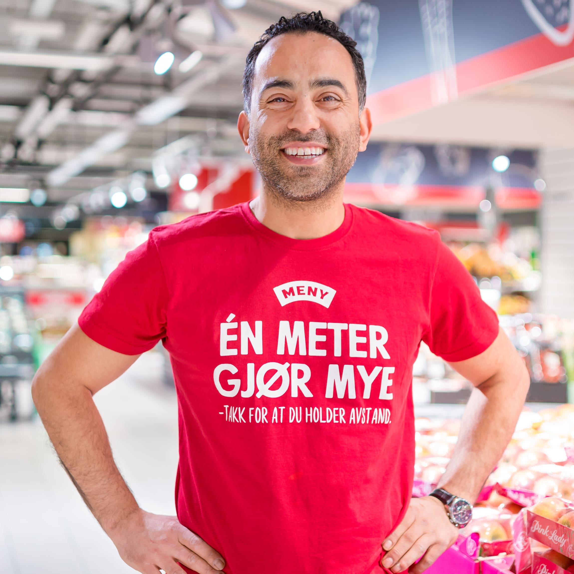Et nytt tiltak du vil se i MENY-butikkene fremover er matarbeiderne våre ikledd røde t-skjorter, med oppfordring om å holde avstand.