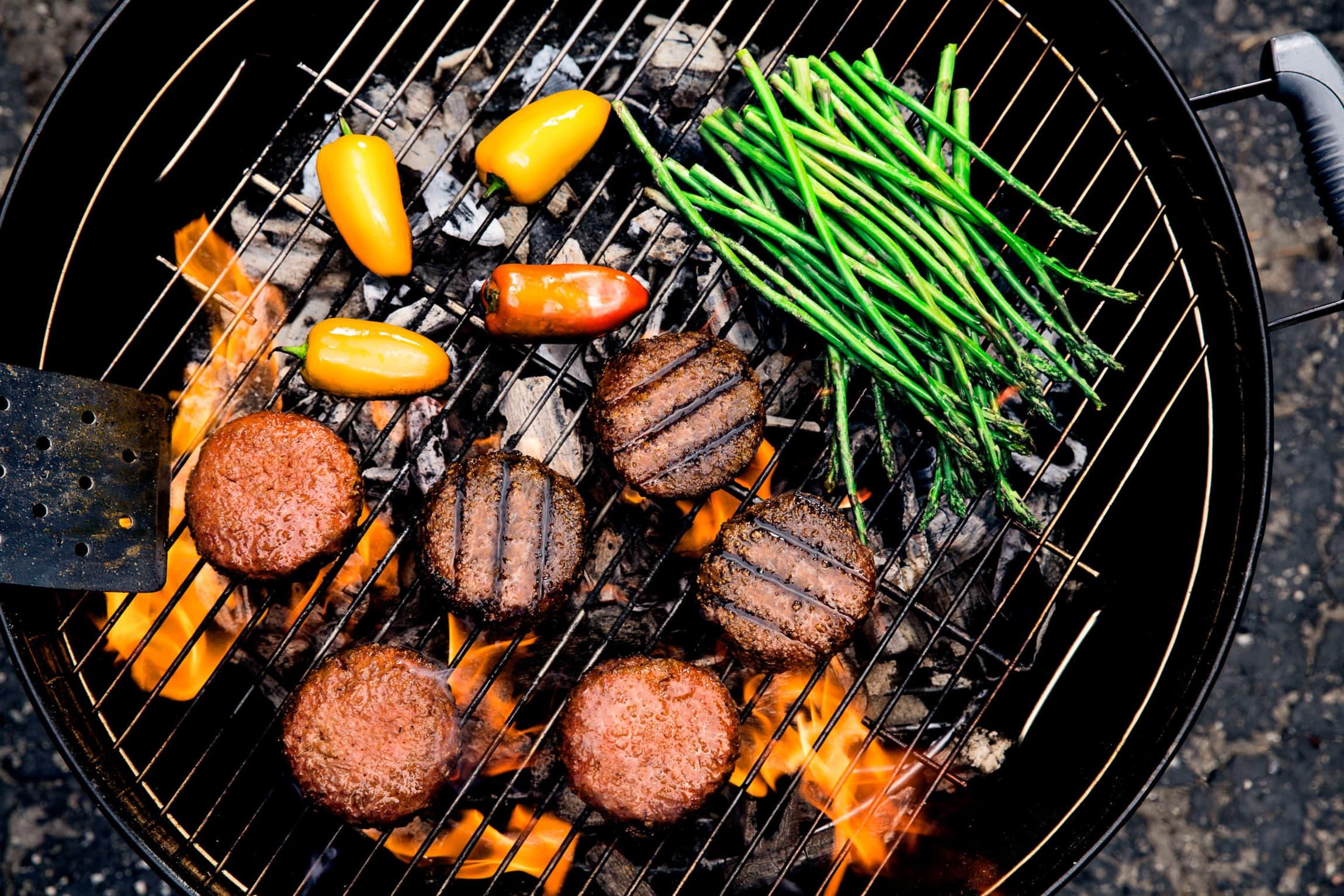 Grill på sterk varme på begge sider til burgeren får en god farge. Legg på ost om du ønsker det – og grill til den smelter.