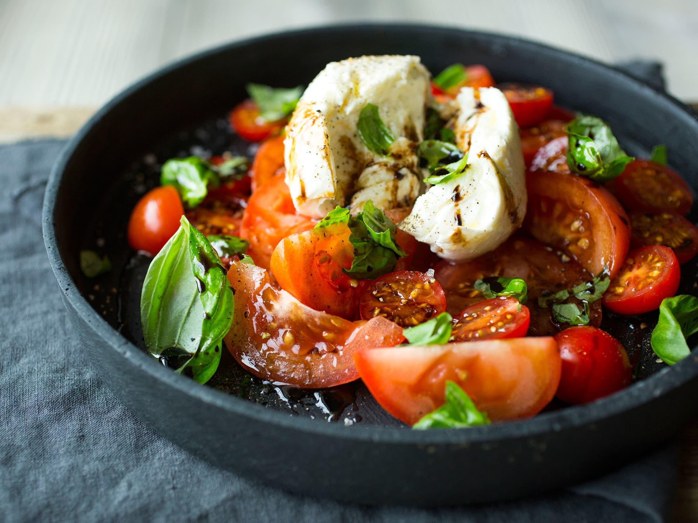 Tomat- og mozzarellasalat er god sommermat.