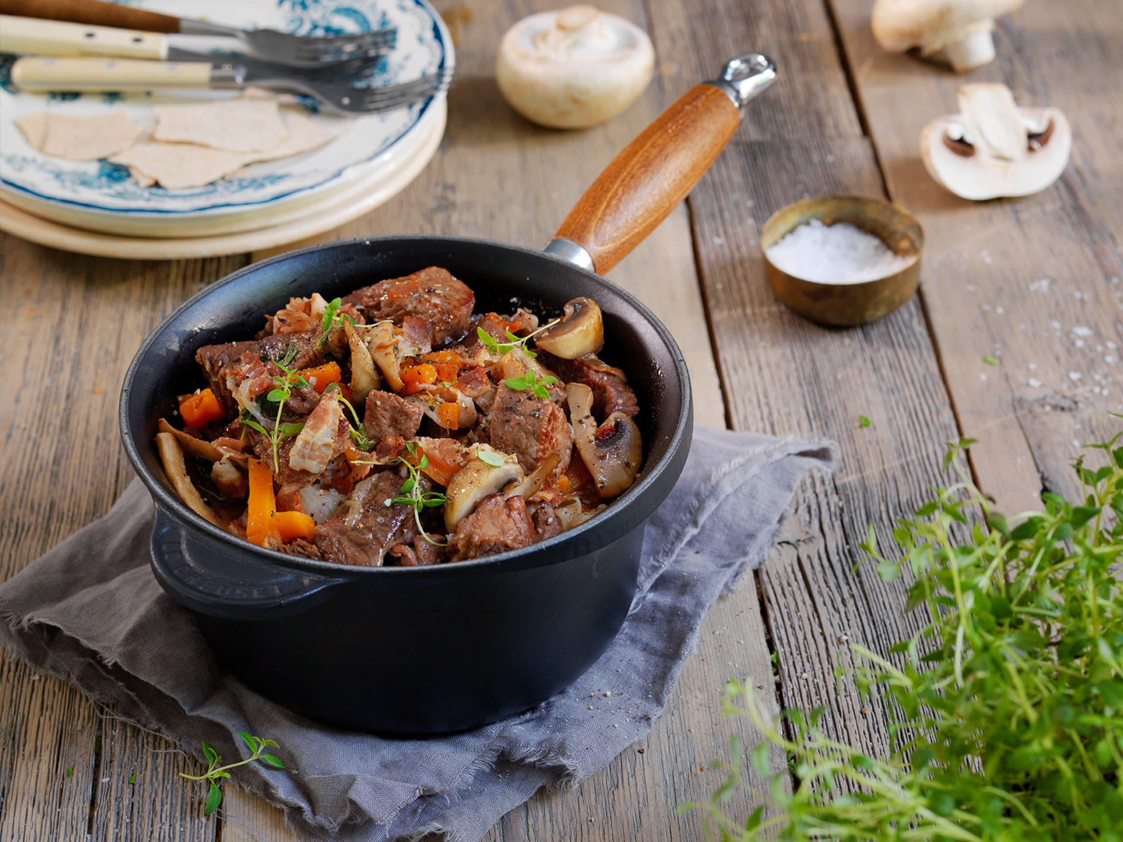 Boeuf Bourguignon er en klassisk og kraftfull kjøttgryte fra Frankrike.