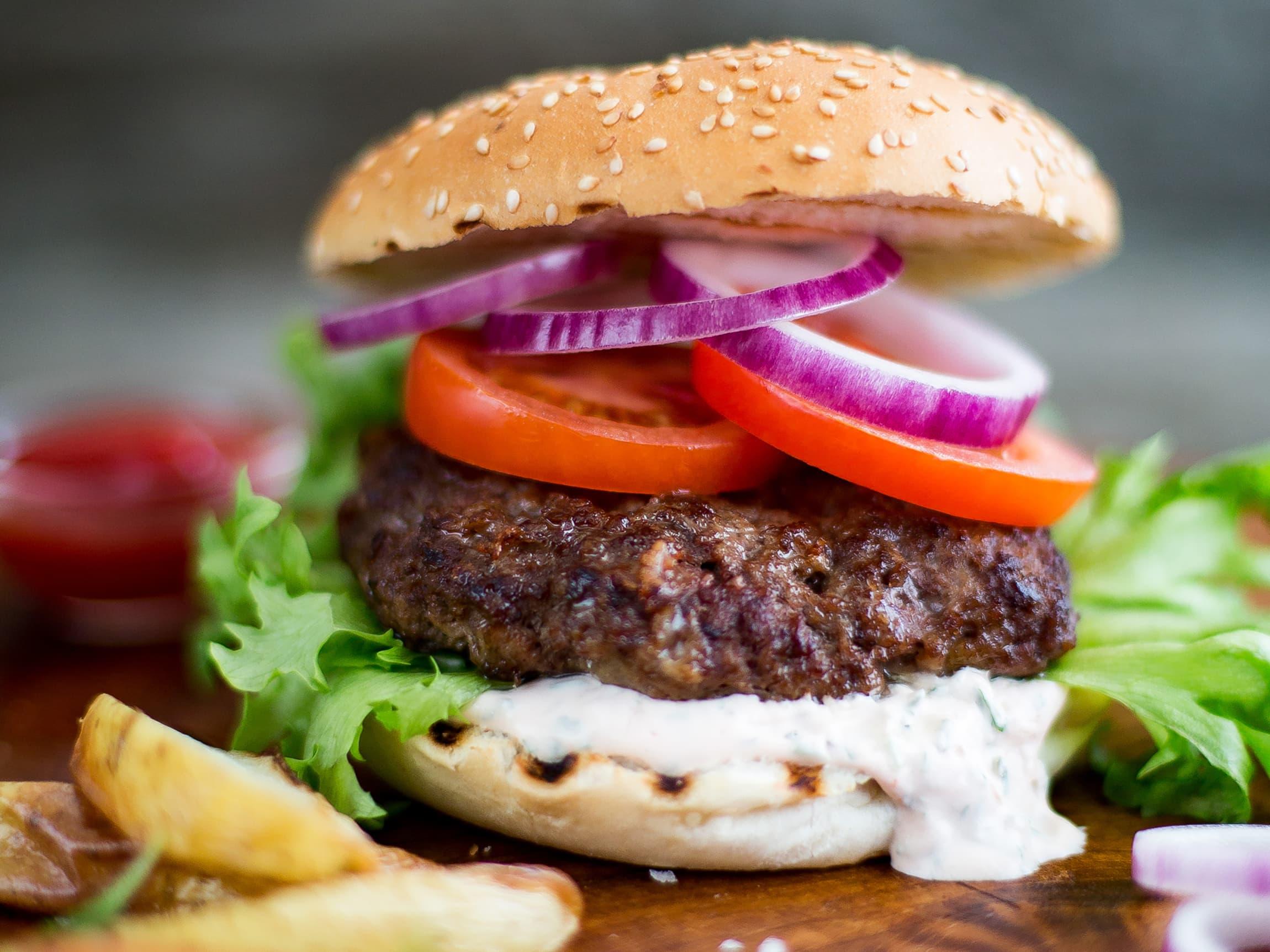 Skal du lage hamburger fra bunnen av, bør du unngå karbonadedeig og heller gå for kjøttdeig.