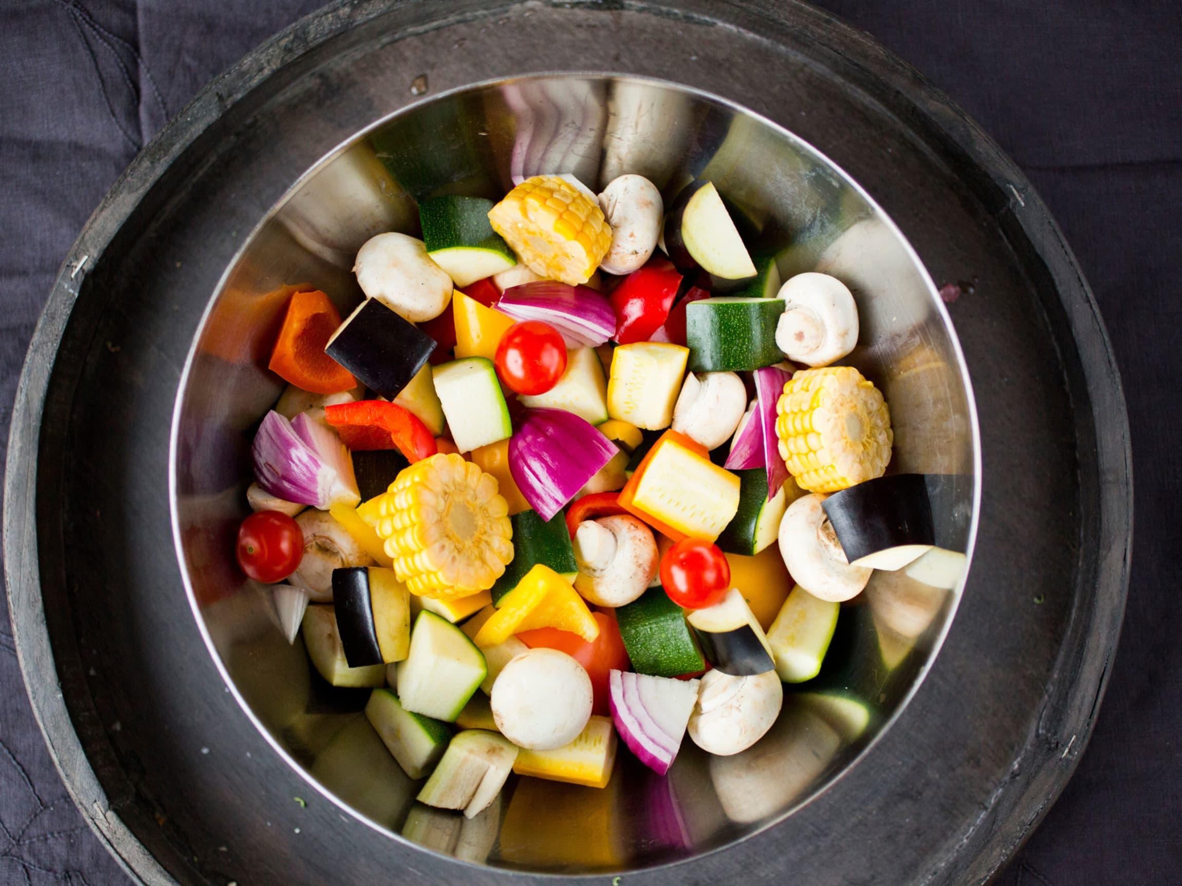 Pass på å dele ingrediensene i jevnstore biter og snu spydene ofte for best mulig resultat.