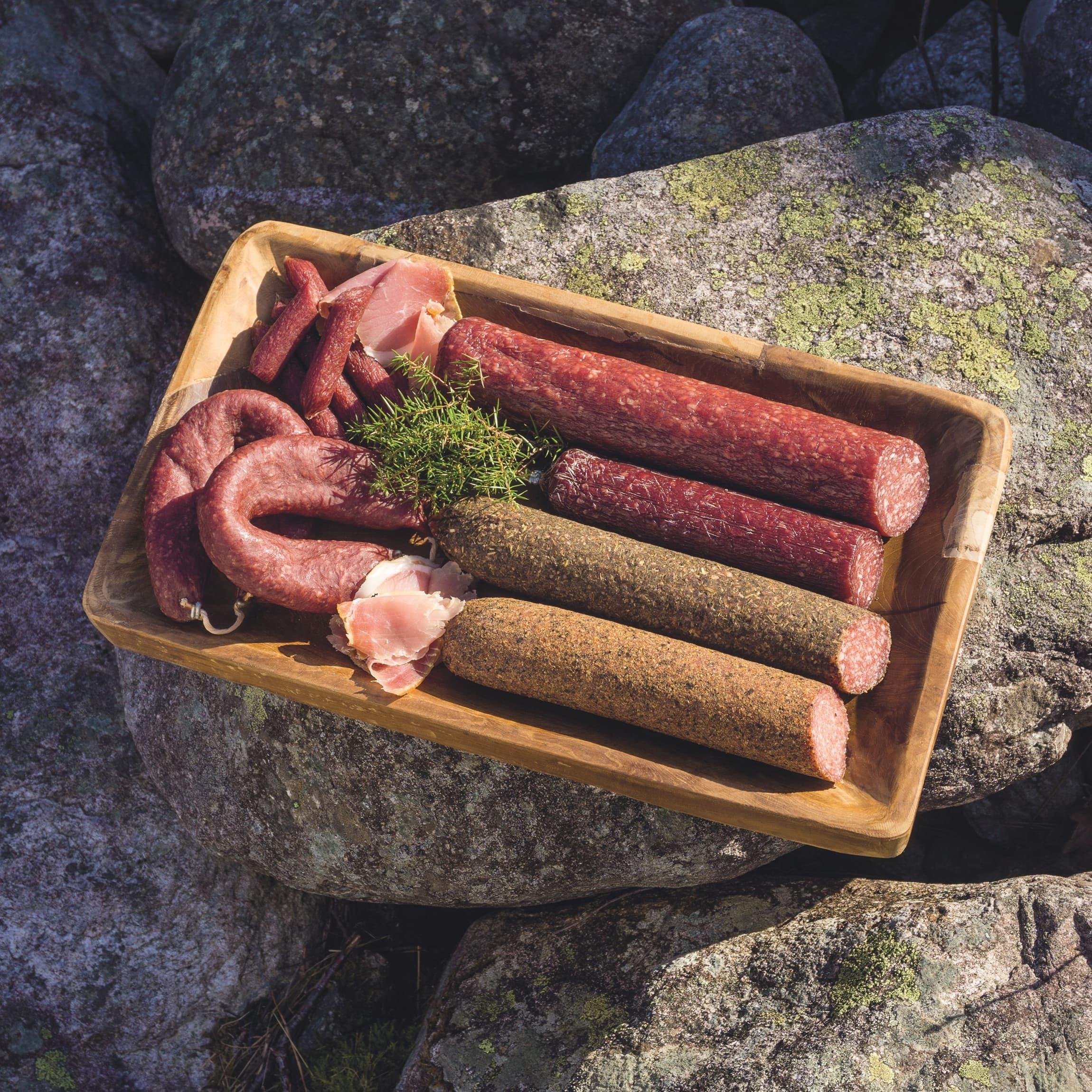 Foran ser du kryddersalami, salami al pesto, fjellgo og åkrafjordpølse. Bak er det vestlandsmorr, spekesnadder og spekeskinke.