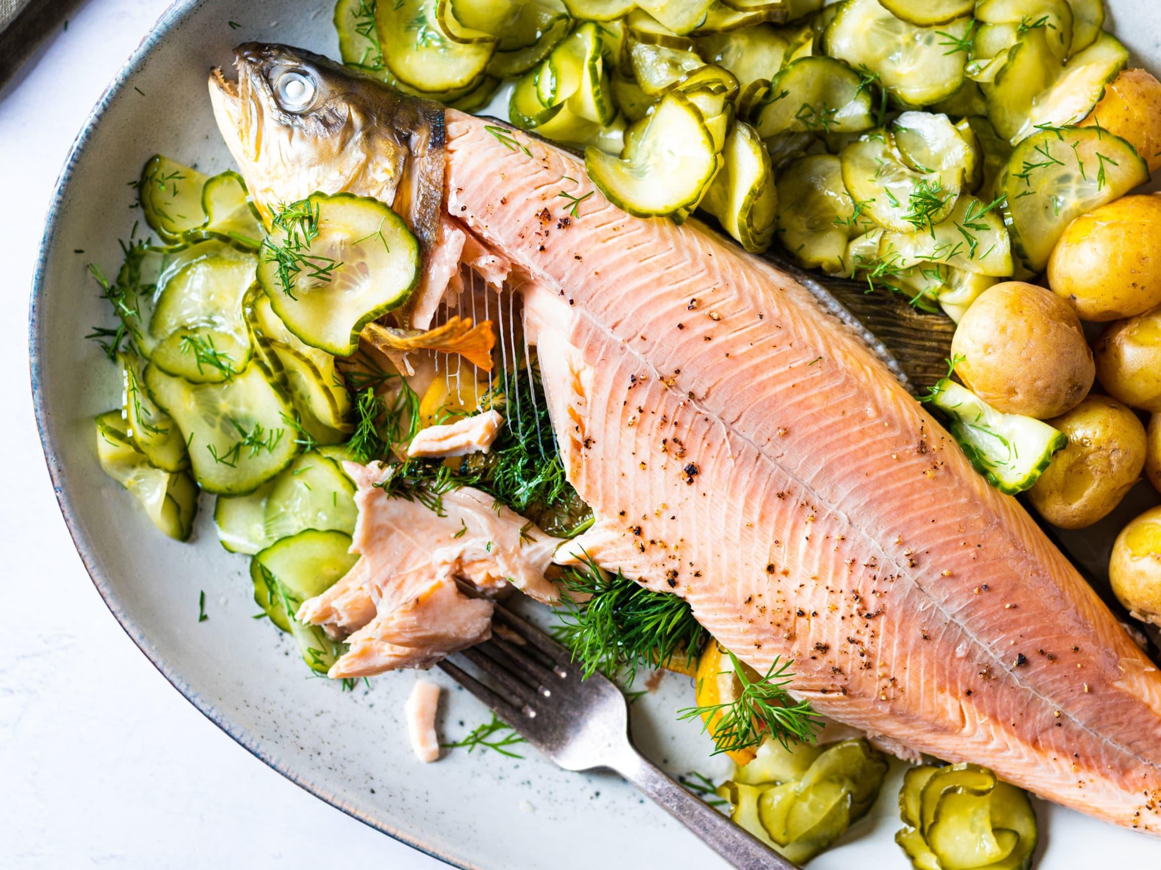 Redd for fiskebein? Når fisken helstekes, vil bena bli sittende fast i ryggbeinet og du kan enkelt dra av kjøtt uten å få med bein.