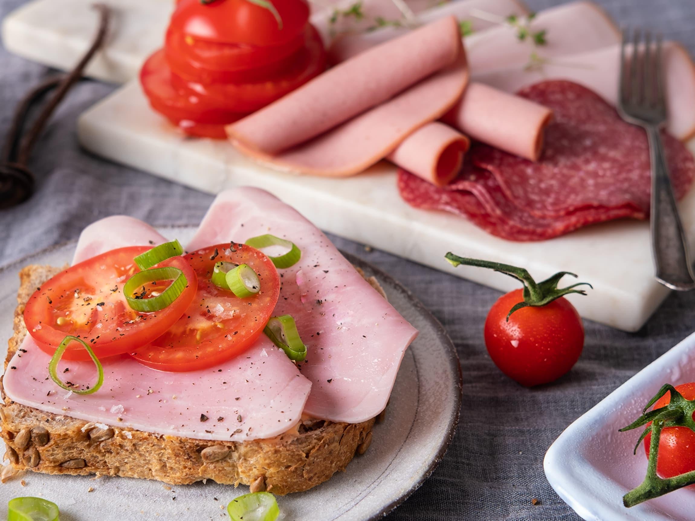 Ferskt brød med godt pålegg og tomater hører til helgefrokosten.