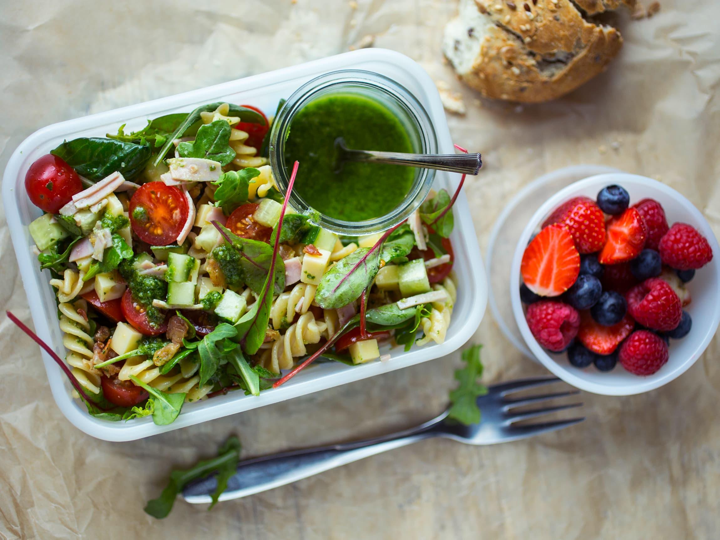 Pastasalat kan du enten lage selv, eller blande din egen i MENYs store salatbar.