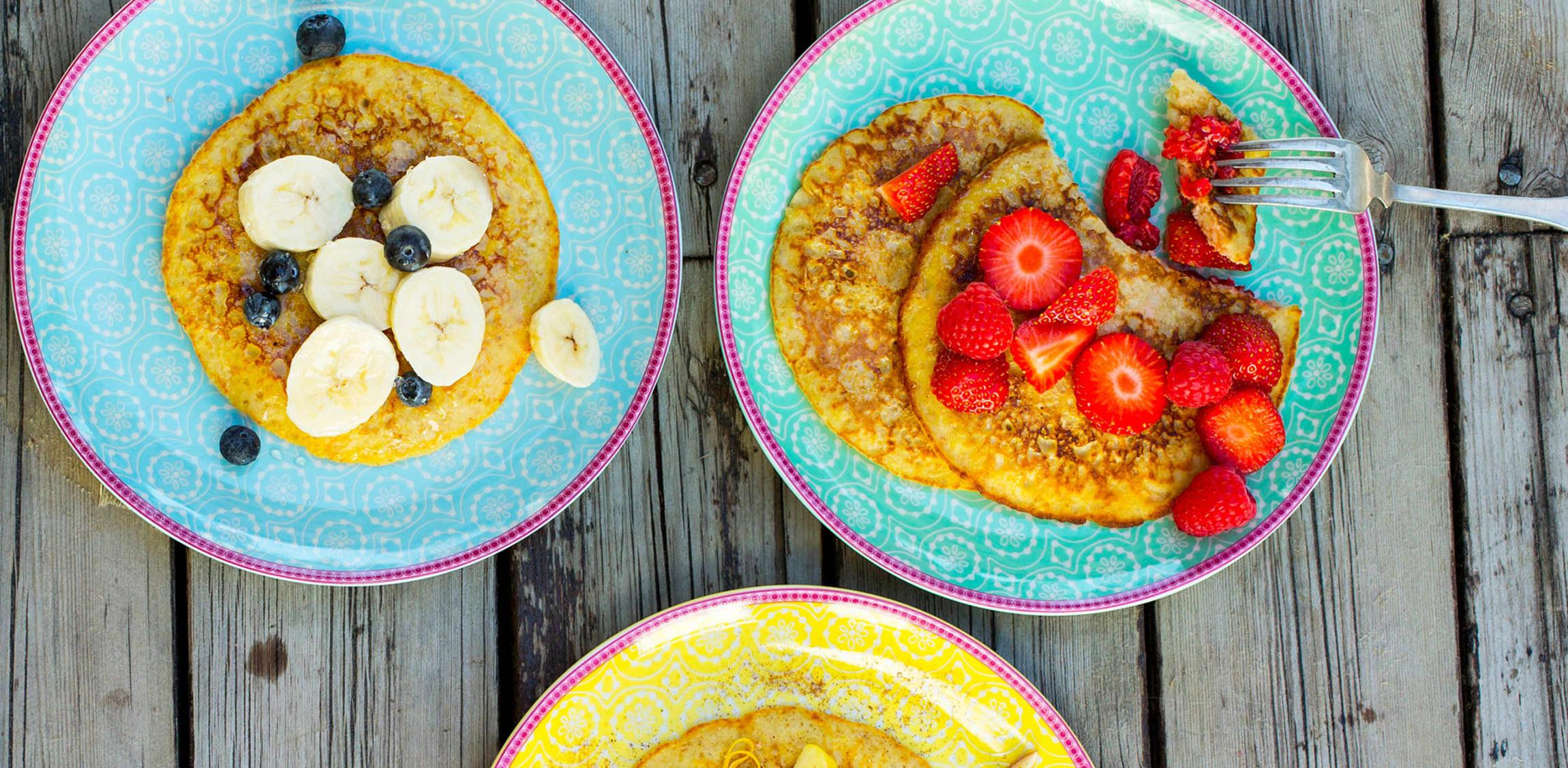Pannekaker er ikke nødvendigvis en usunn start på dagen. Lag grovere pannekaker og topp de med frisk frukt og bær