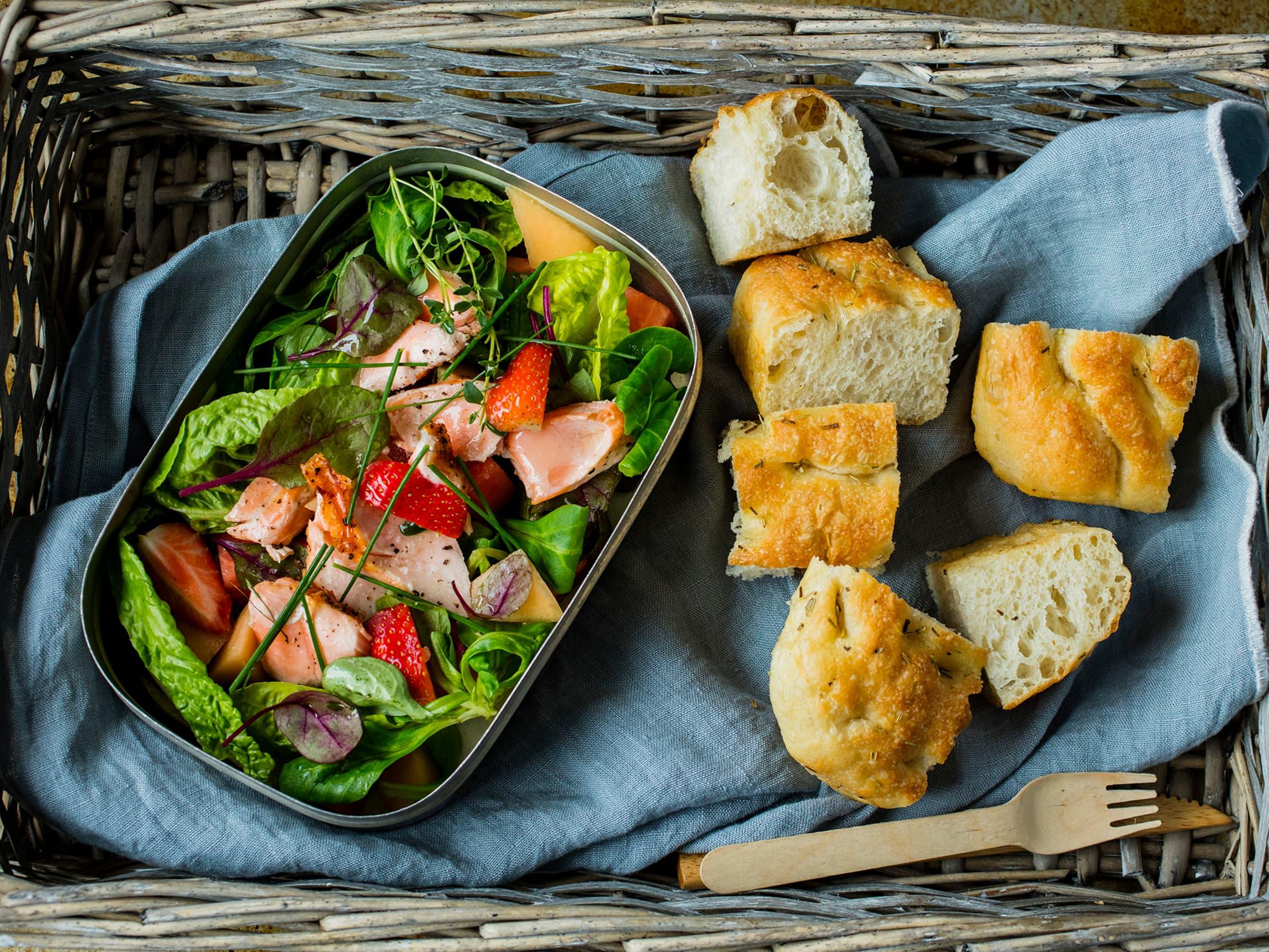 en liten focaccia passer godt som tilbehør til salaten.