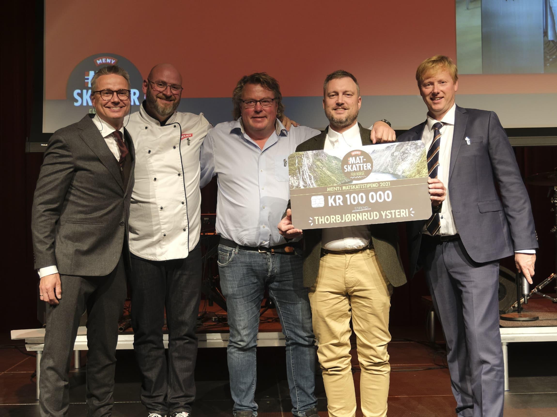 Thorbjørnrud Ysteri fikk stipend på kr 100.000. F.v: Eivind Haalien (NorgesGruppen), Espen Lie (MENY), Olav Lie-Nilsen, Yngve Strøm Tingstad, og Vegard Kjuus (MENY)