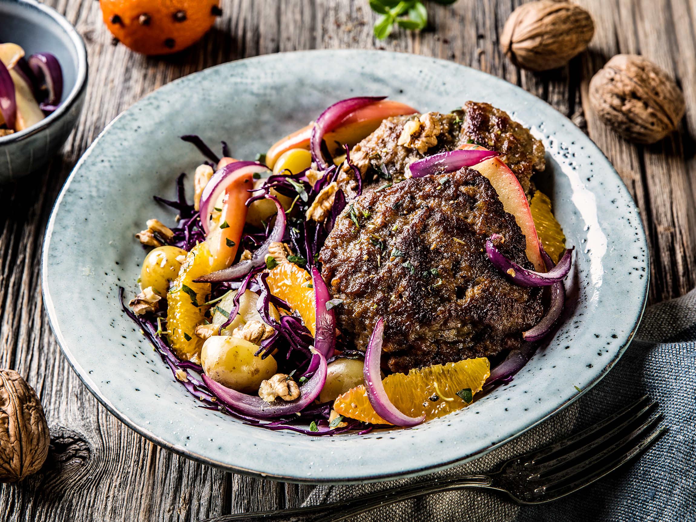 Klementin- og rødkålsalat passer godt til karbonader, og det blir en rask og god hverdagsmidag.