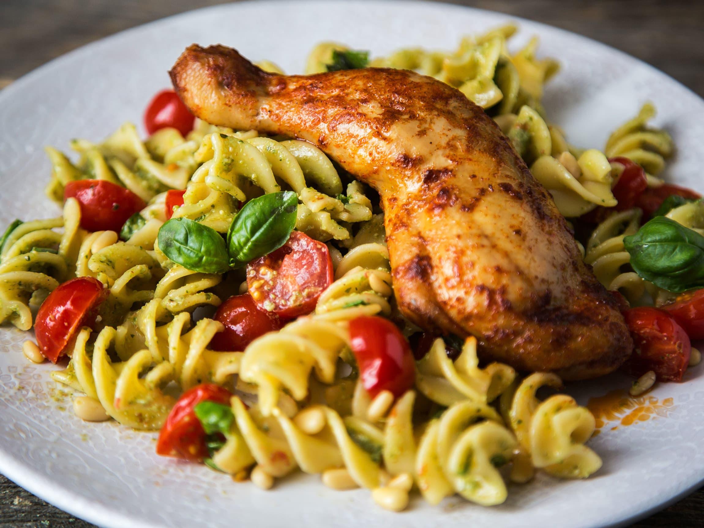 Rester av pasta og grønnsaker blir en deilig pastasalat, sammen med nygrillet kyllinglår fra varmeskapet hos MENY