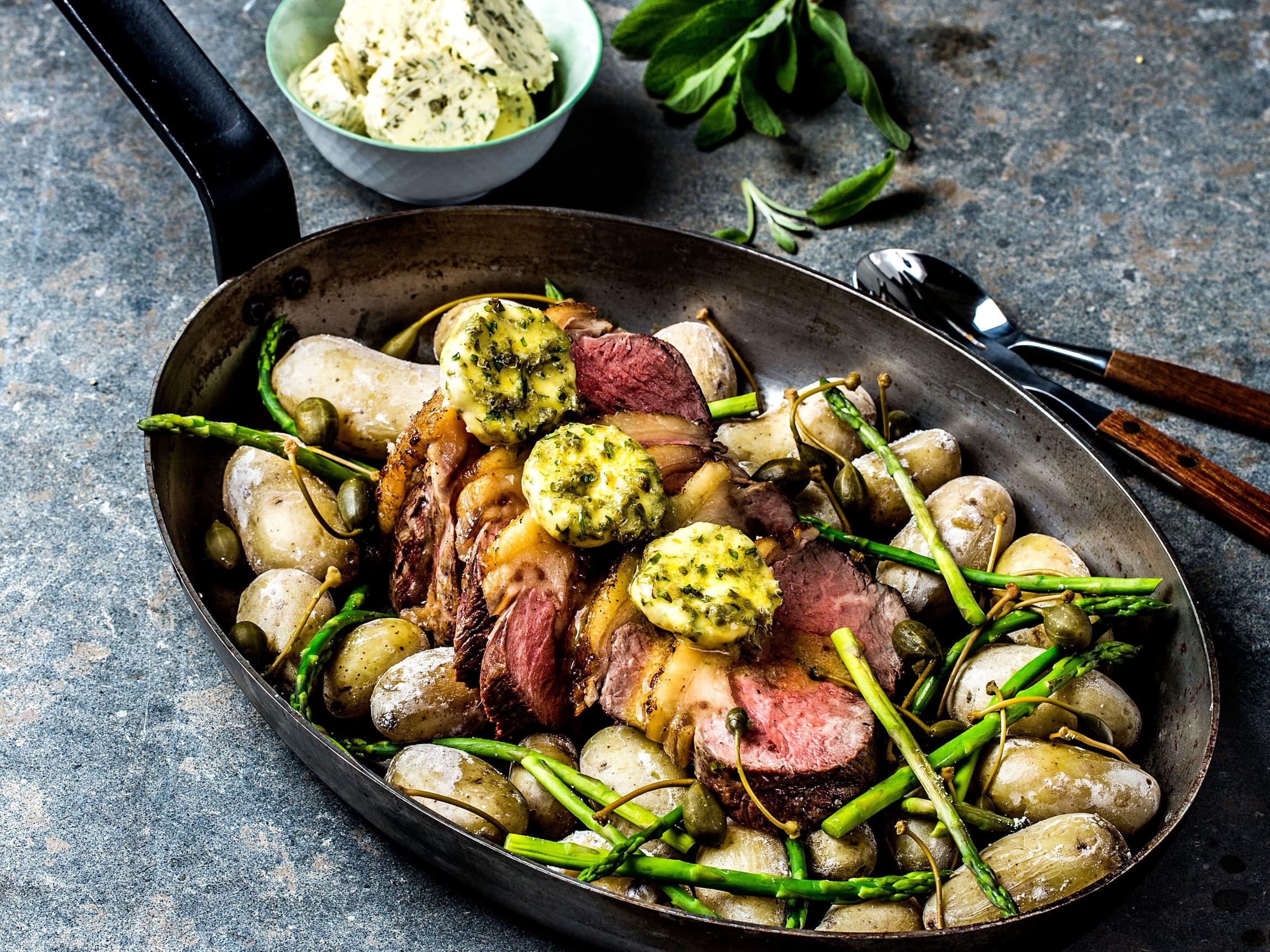 Server en litt bedre middag med Jacobs Utvalgte ytrefilet, saltkokte nypoteter og persillesmør.