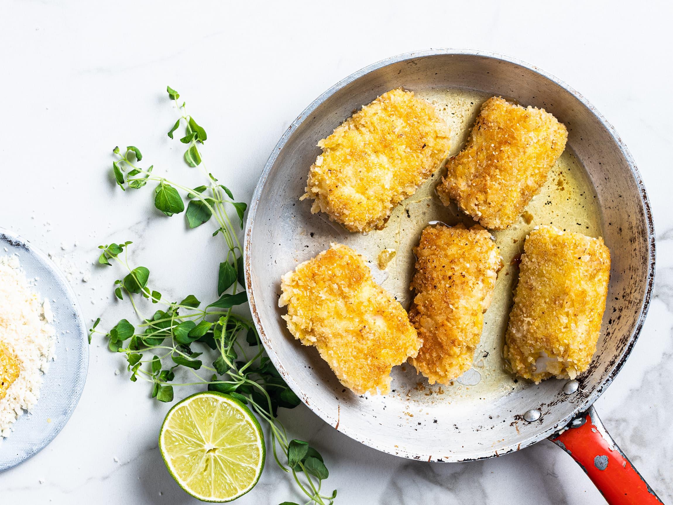 Panert torskefilet blir sprø og smakfulle fiskepinner. Sliter du med å få barna til å spise fisk? La dem bli med på kjøkkenet og lag fiskepinner!