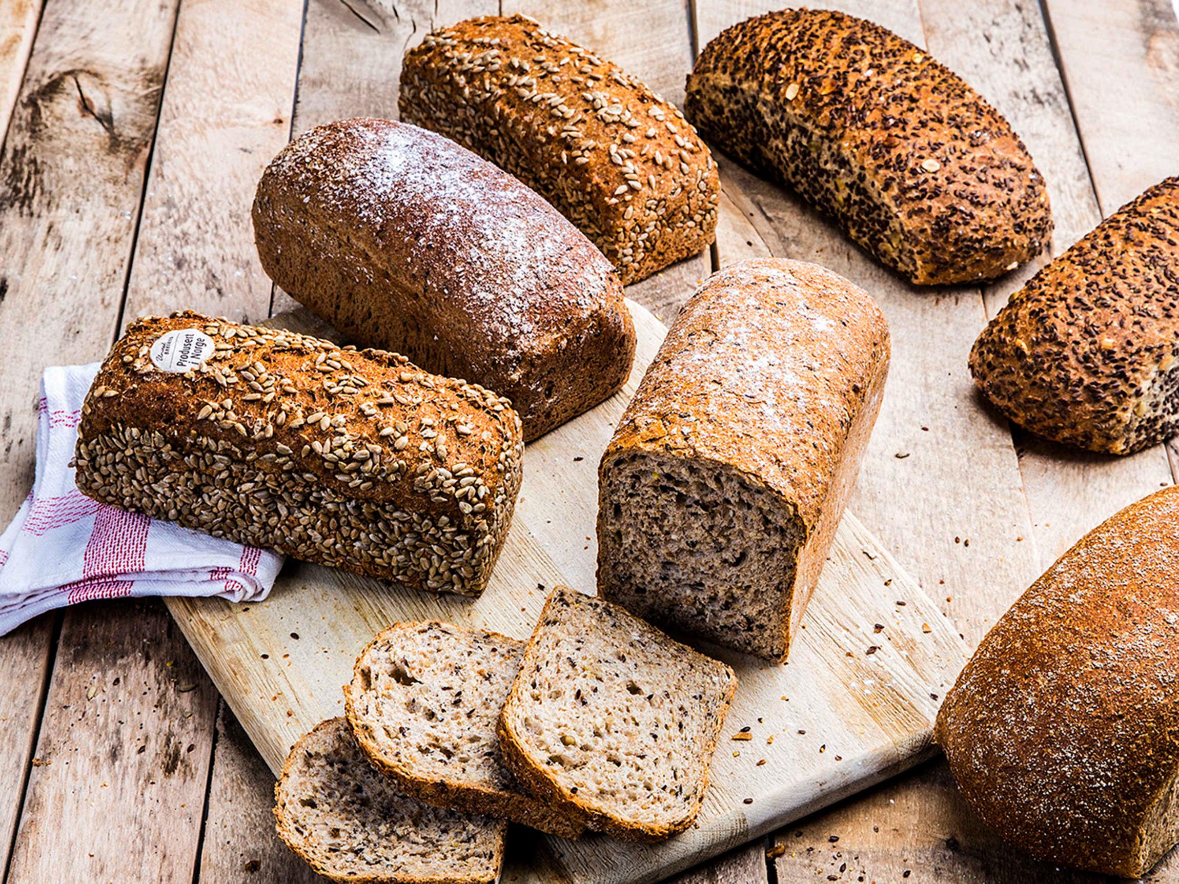 Ikke alle mørke brød er grove, så se på emballasjen framfor fargen!